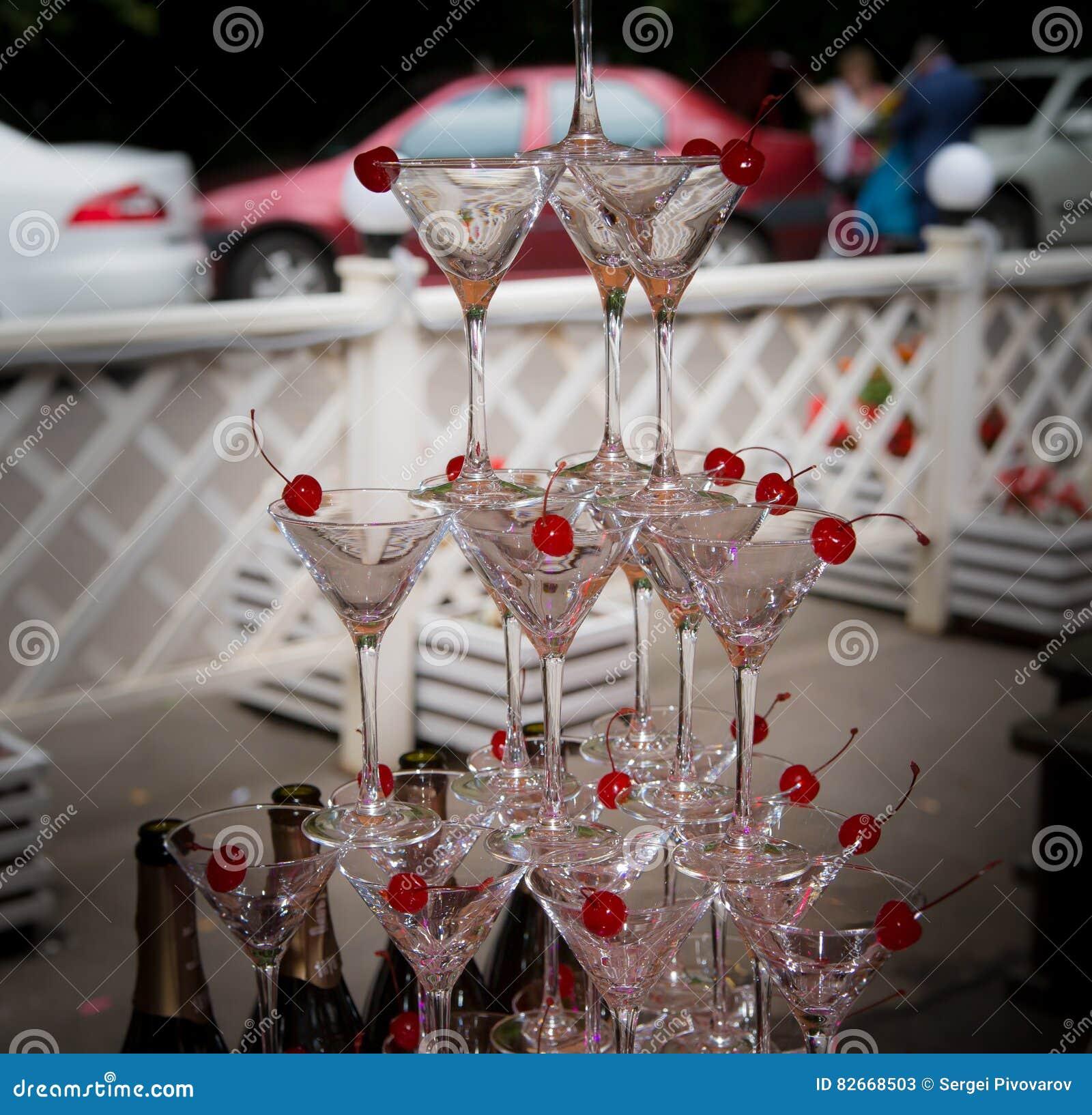 Piramide van glazen bij een huwelijksceremonie