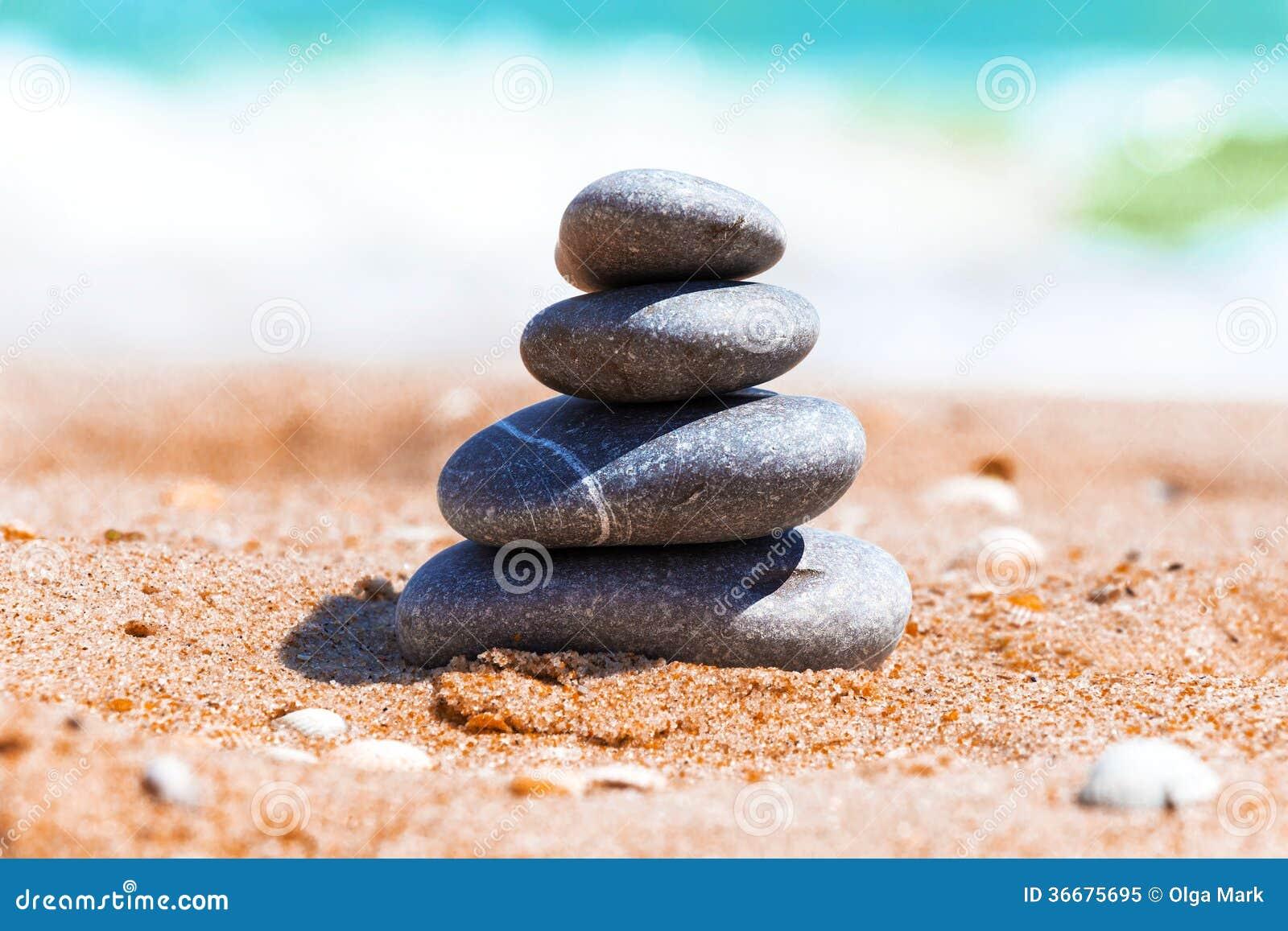 Piramide van stenen op zand