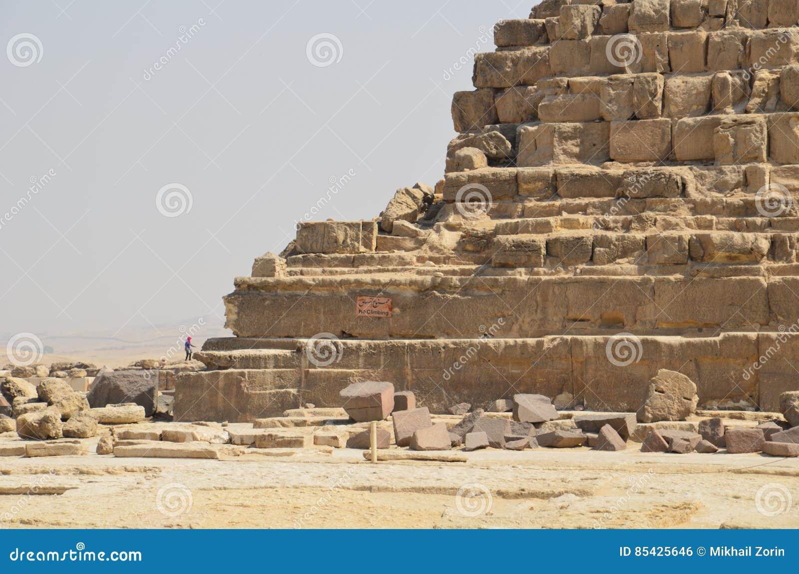 Piramide in zandstof onder grijze wolken