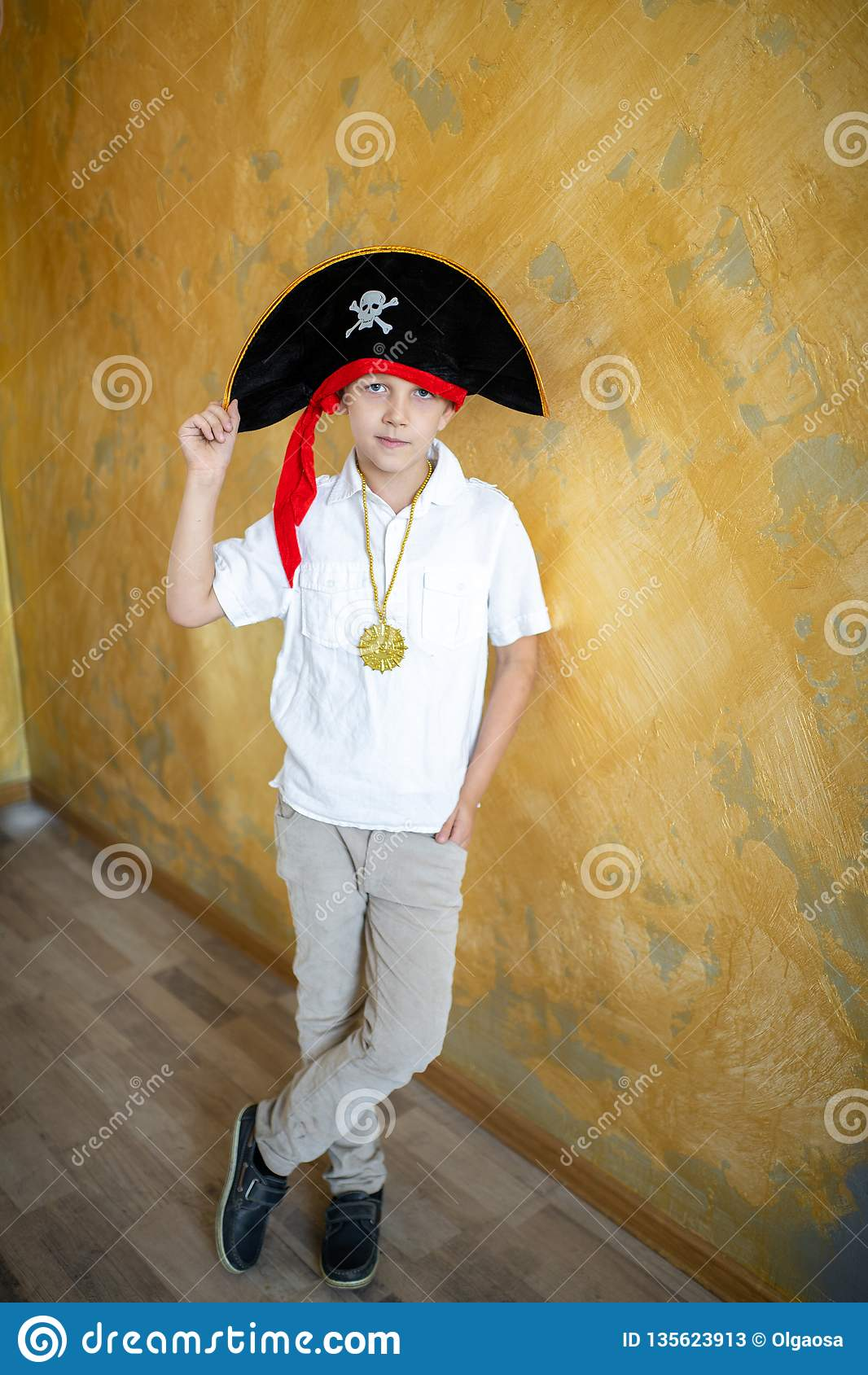 Pirata del muchacho que se prepara para el día de fiesta Halloween