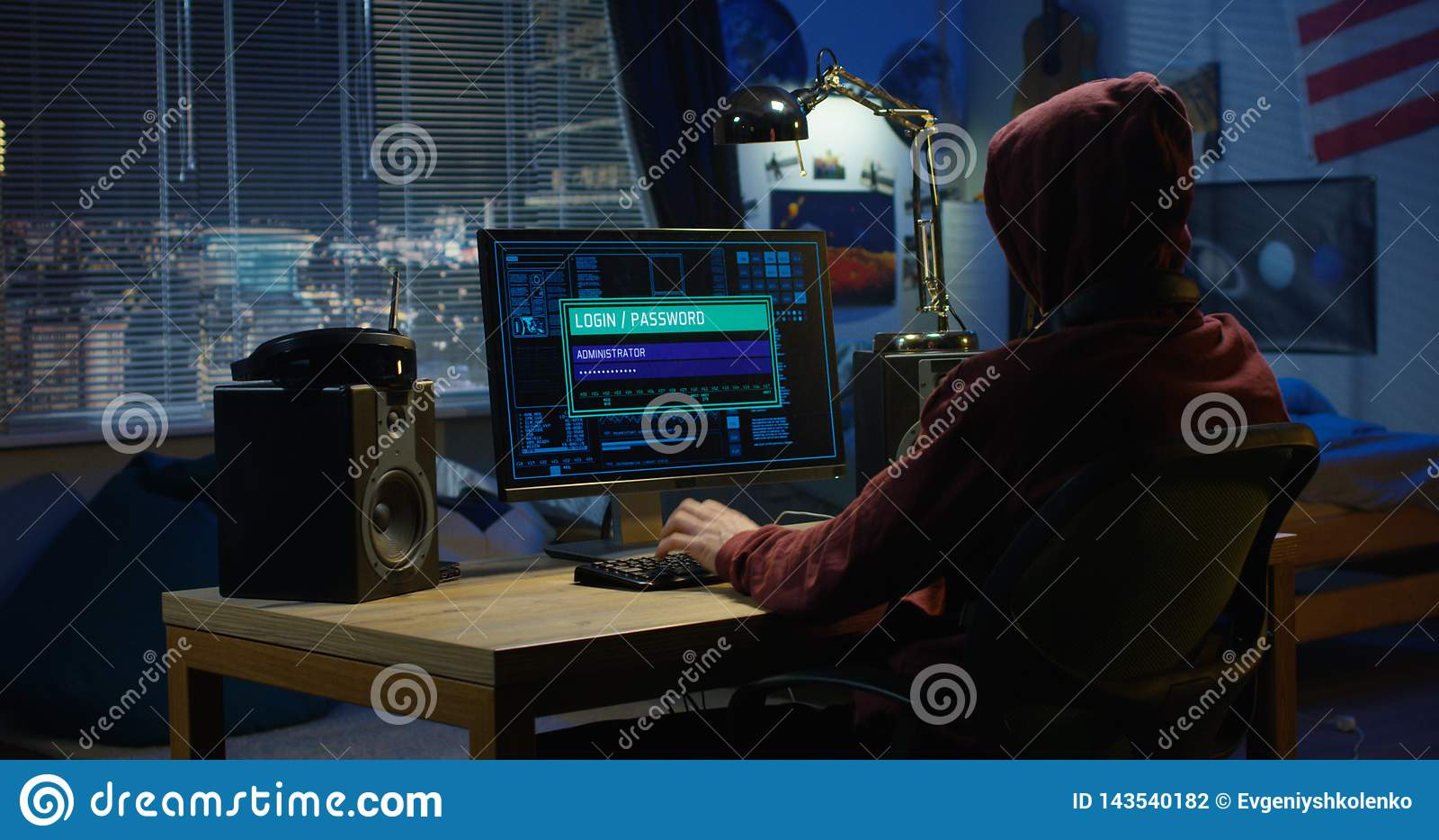 Pirata informático de ordenador usando su ordenador