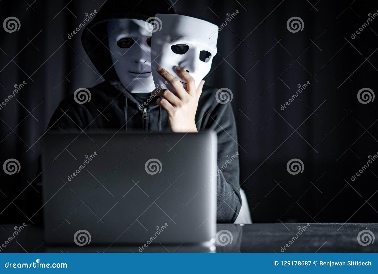 Pirata informático de sexo masculino del misterio que lleva a cabo la máscara blanca