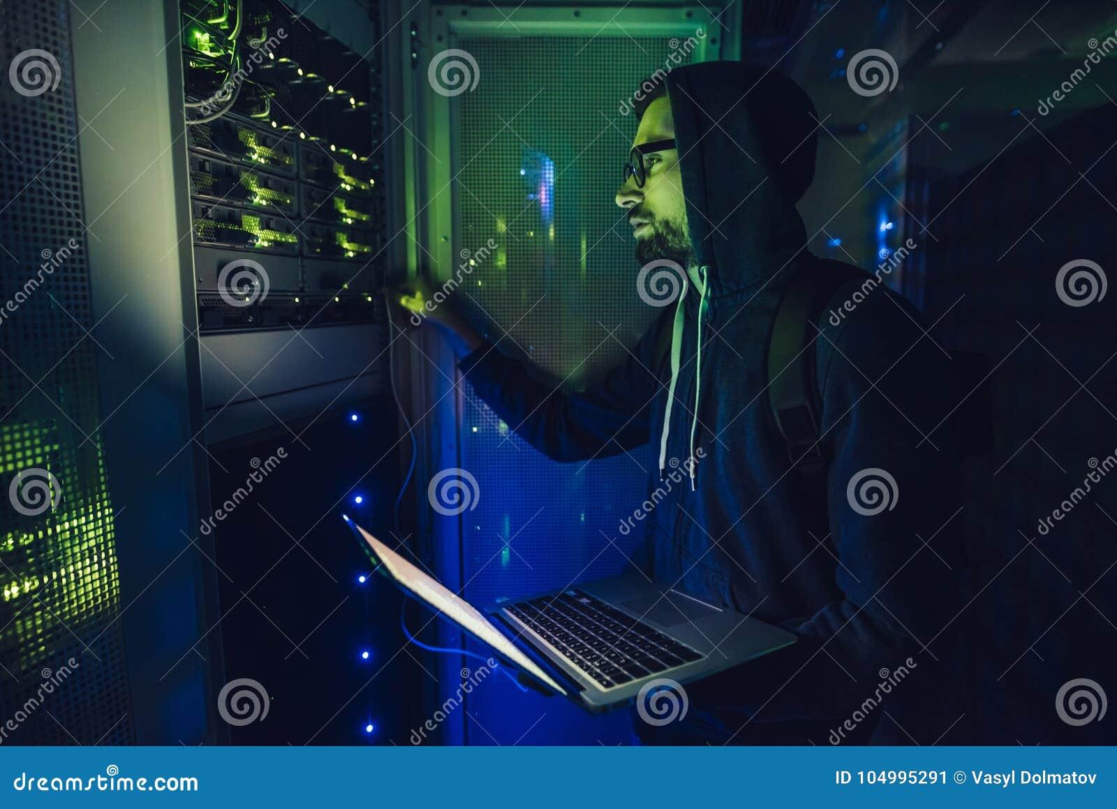 Pirata informático en centro de datos