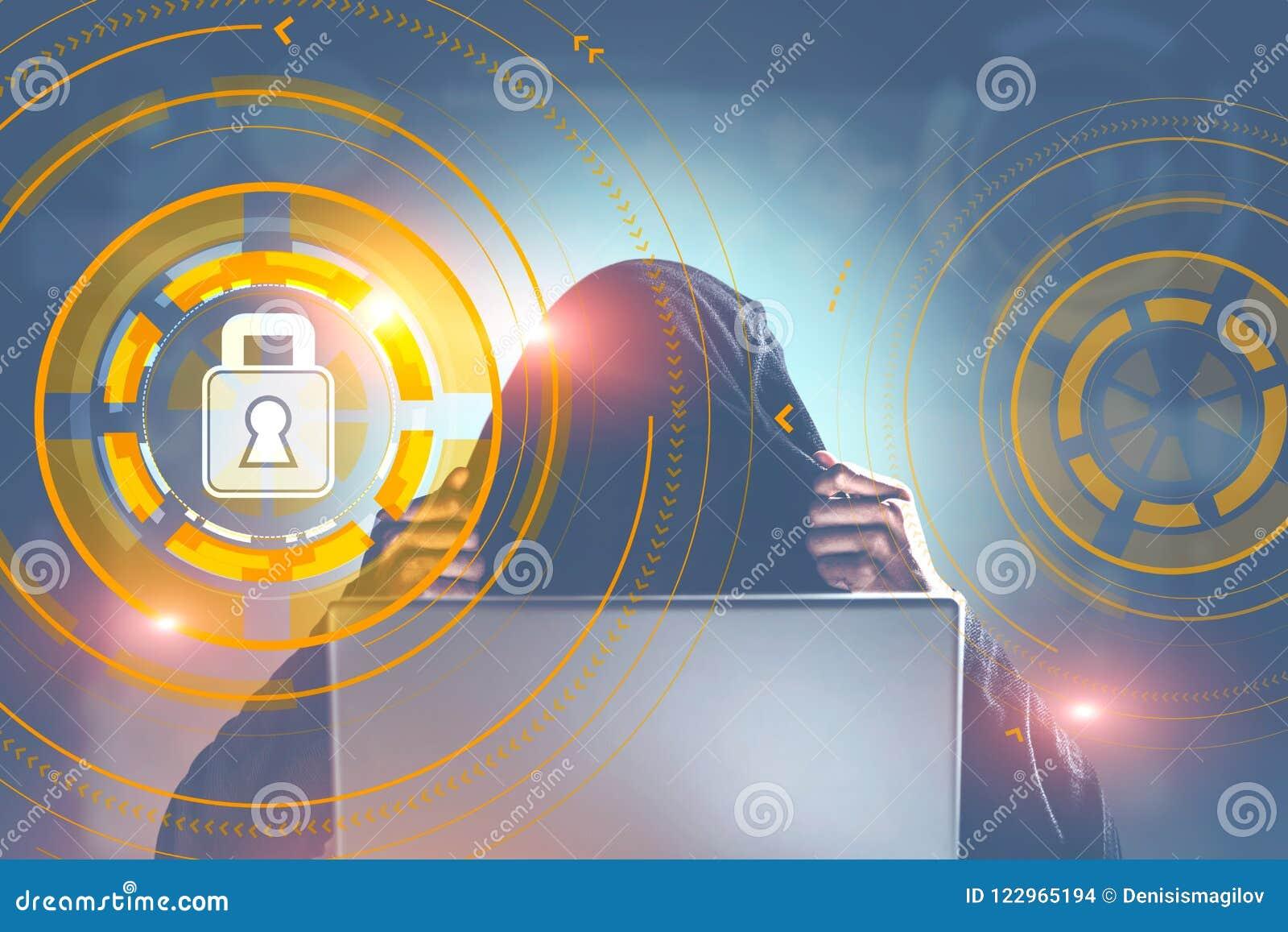 Pirata informático en una ciudad, interfaz cibernético del candado de la seguridad