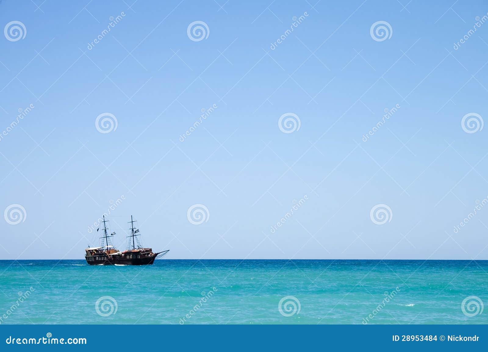 Pirata statek z turystami przy morzem w Crete, Grecja