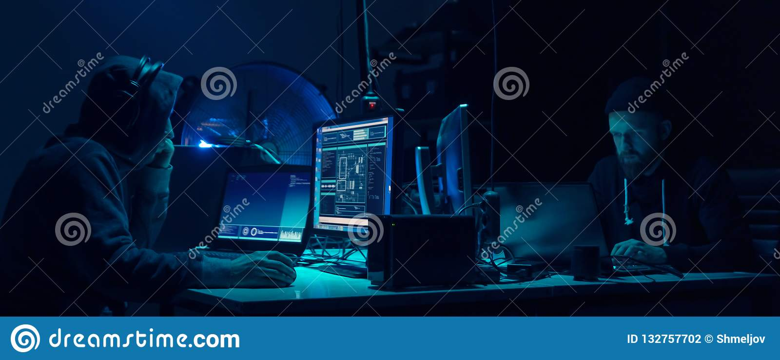 Piratas informáticos queridos que cifran el ransomware del virus usando los ordenadores portátiles y los ordenadores Ataque ciber