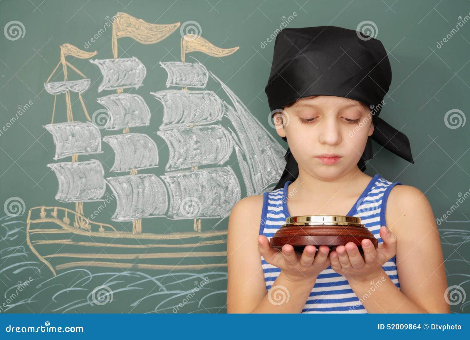 Pirate de garçon avec la boussole