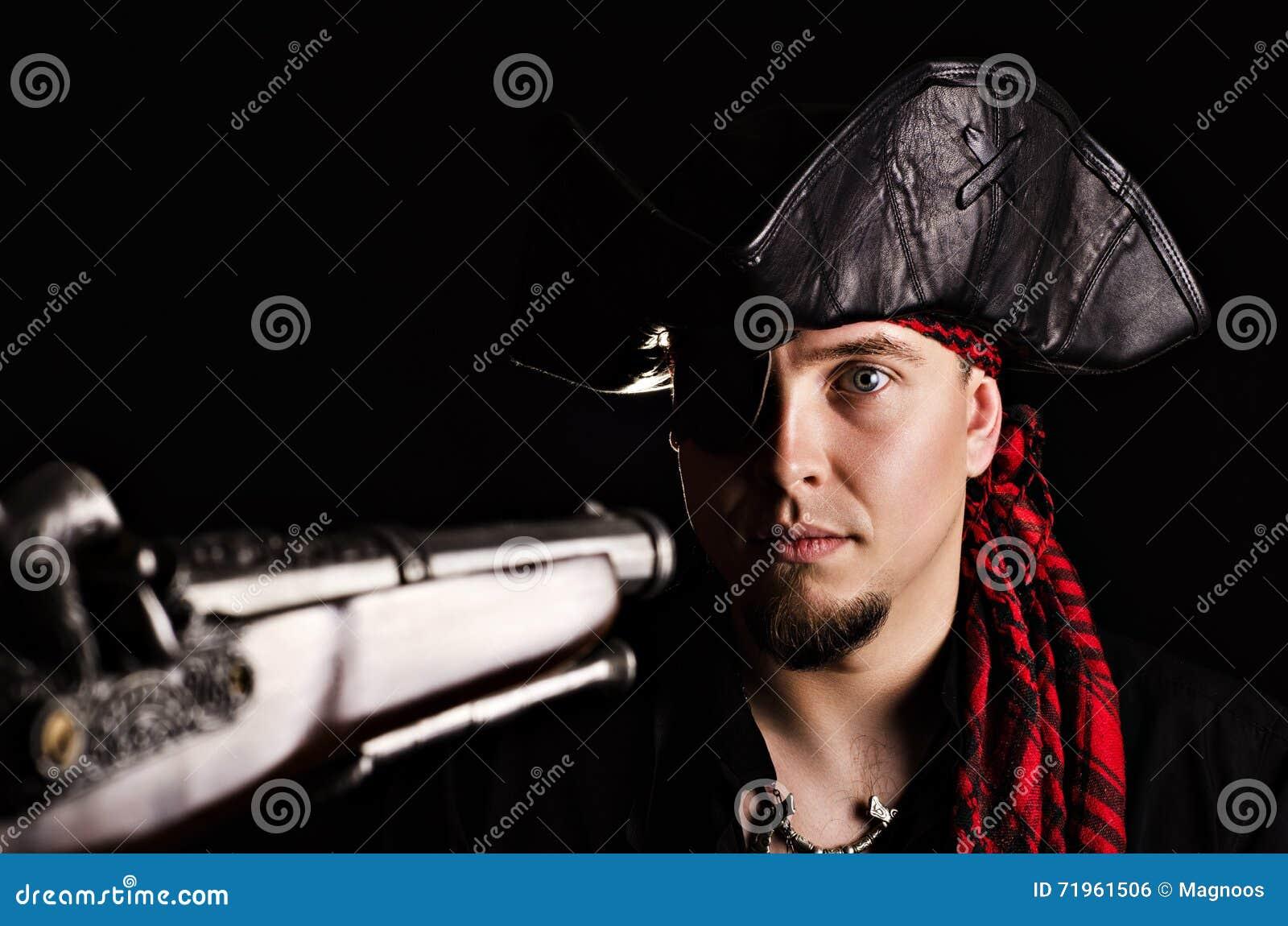 Pirate effrayé sous la menace des armes
