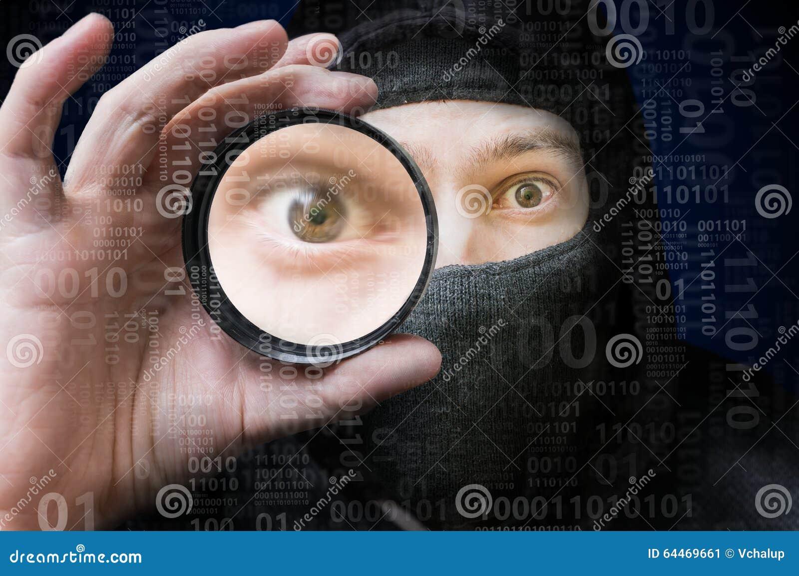Pirate informatique anonyme masqué balayant le code binaire