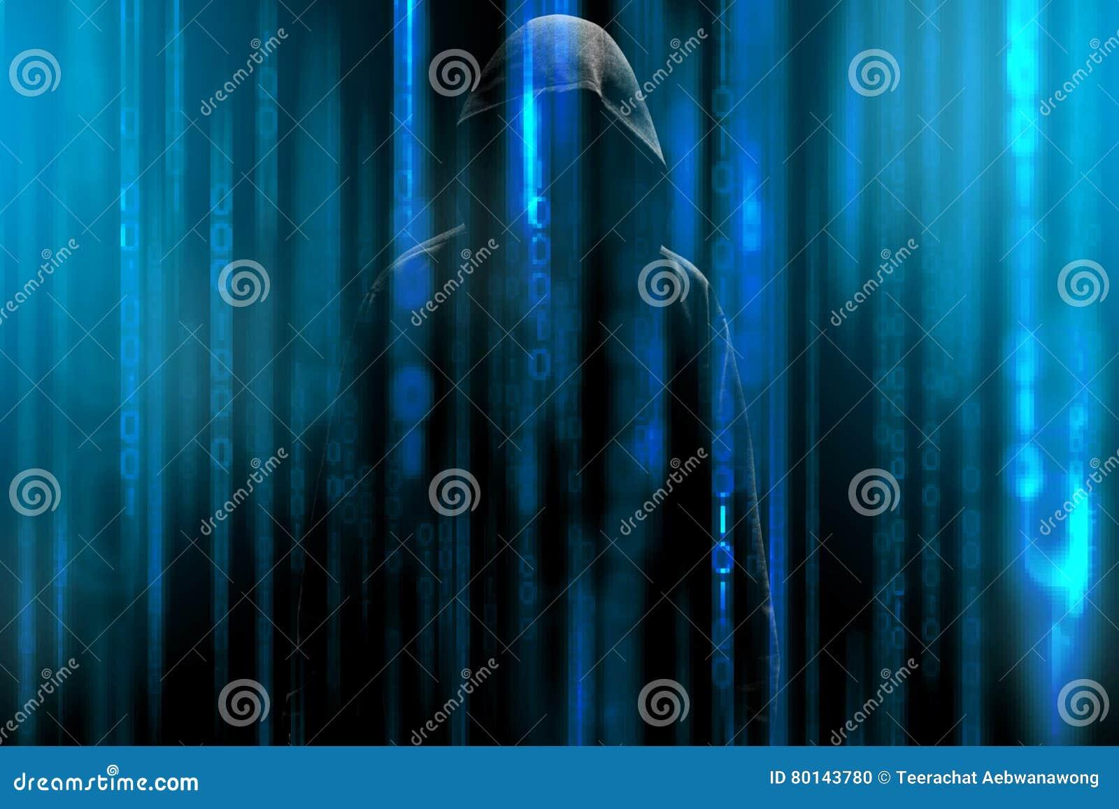 Pirate informatique avec un capot et une matrice bleue de code binaire Entailler des données secrètes confidentielles