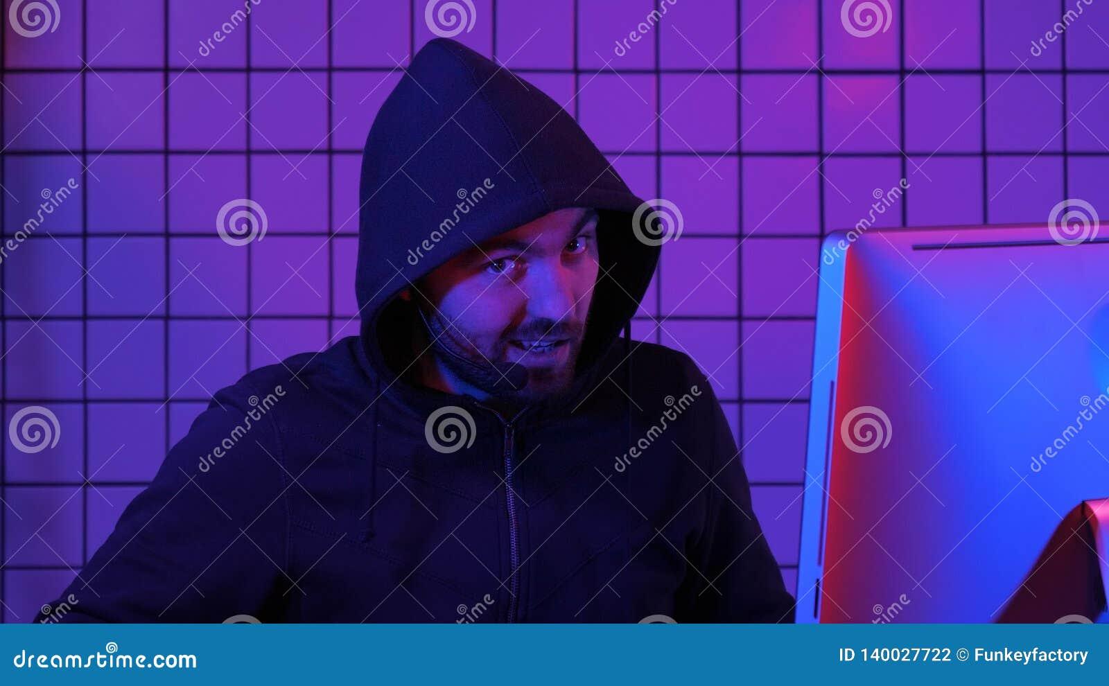 Pirate informatique ou gamer commentant quelque chose
