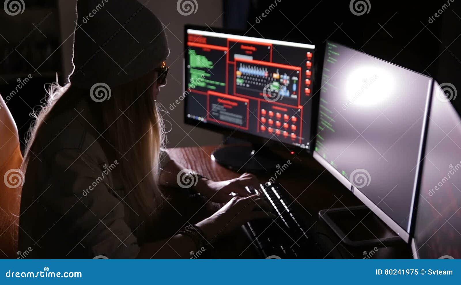 Pirate informatique programmeur fonctionnant avec le code de