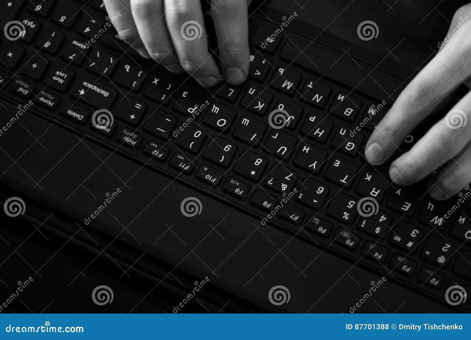 Pirate informatique russe entaillant le serveur dans l obscurité noire et blanche