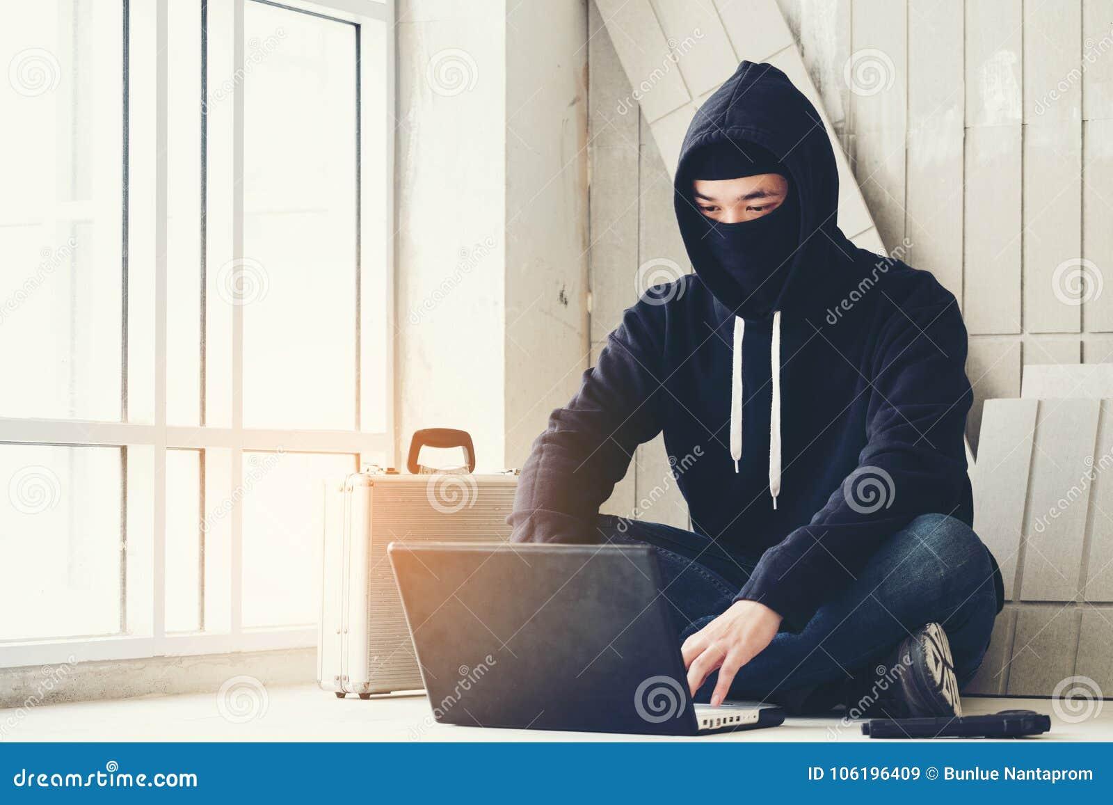 Pirate informatique tenant l arme à feu travaillant sur son ordinateur, guerre, terrorisme, ter