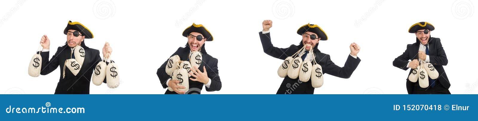 Piratee al hombre de negocios que sostiene bolsos del dinero aislados en blanco