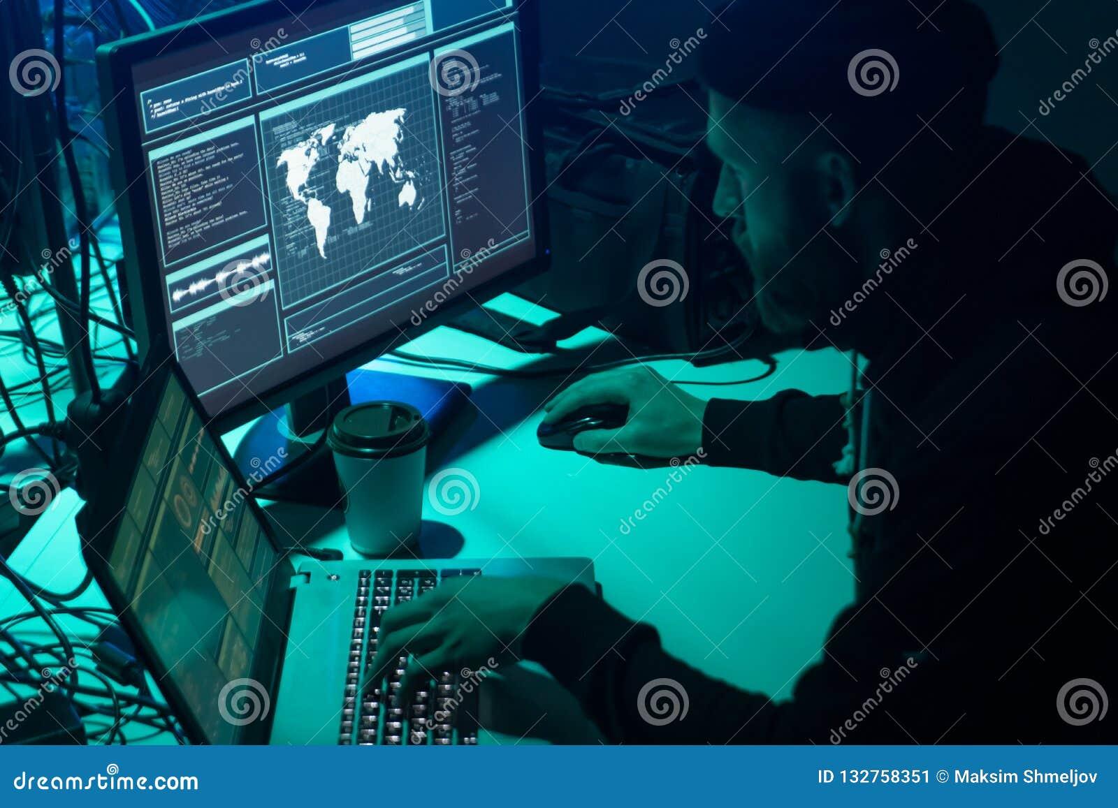 Pirates informatiques faisant la fraude de cryptocurrency utilisant le logiciel de virus et l interface d ordinateur Cyberattack