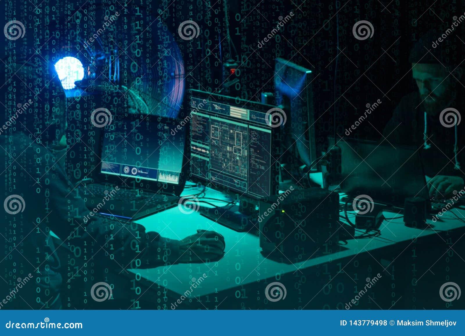 Pirati informatici carenti che codificano il ransomware del virus facendo uso dei computer portatili e dei computer Attacco cyber