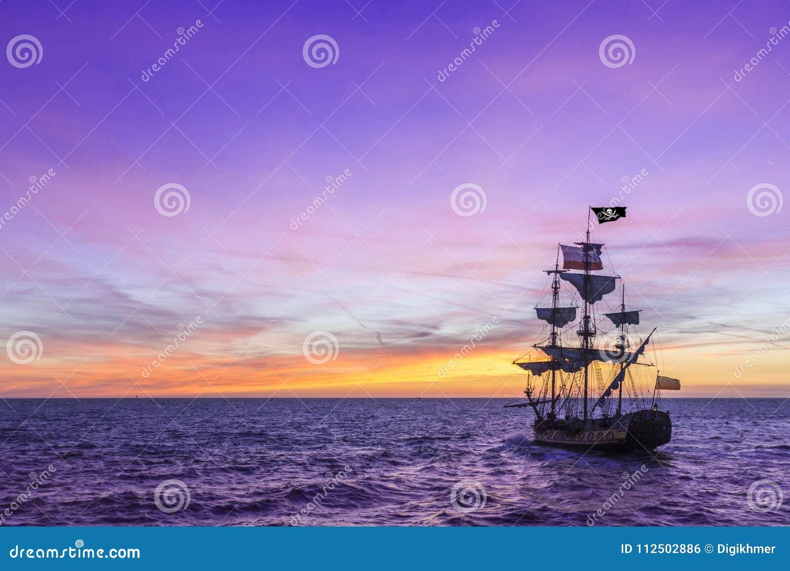 Piratkopiera skeppet under en violett himmel
