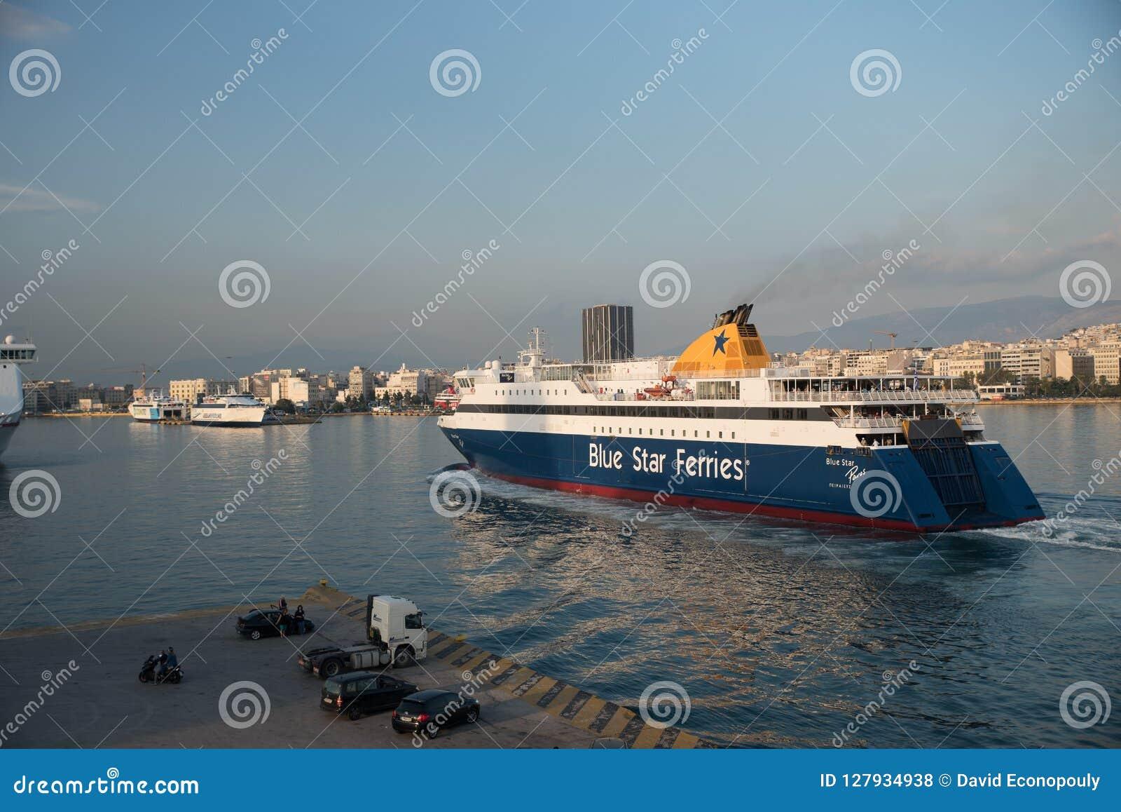 Pireaus Grekland Juni 18, 2018: Färja som ankommer i den Pireaus hamnen Grekland