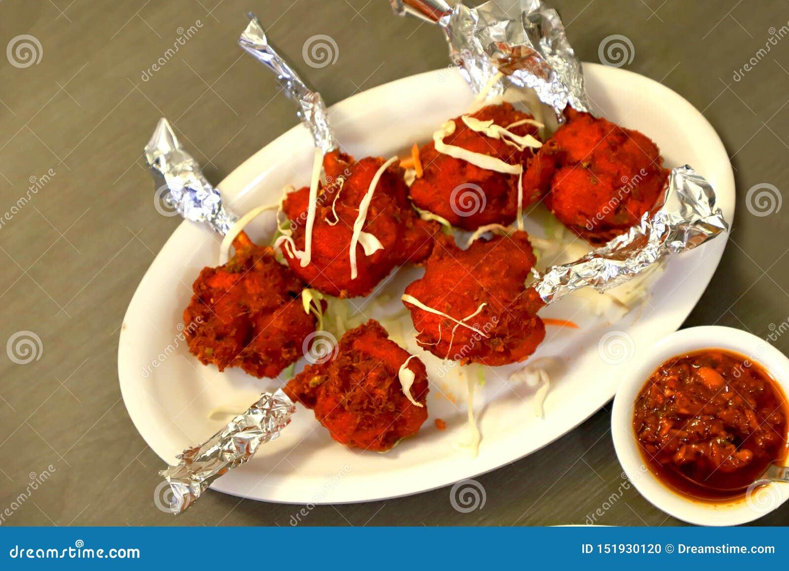 Piruleta del pollo con salsa picante schezwan