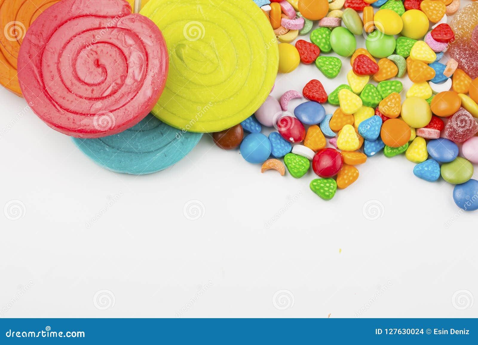 Piruletas coloridas y diferente coloreados alrededor del caramelo