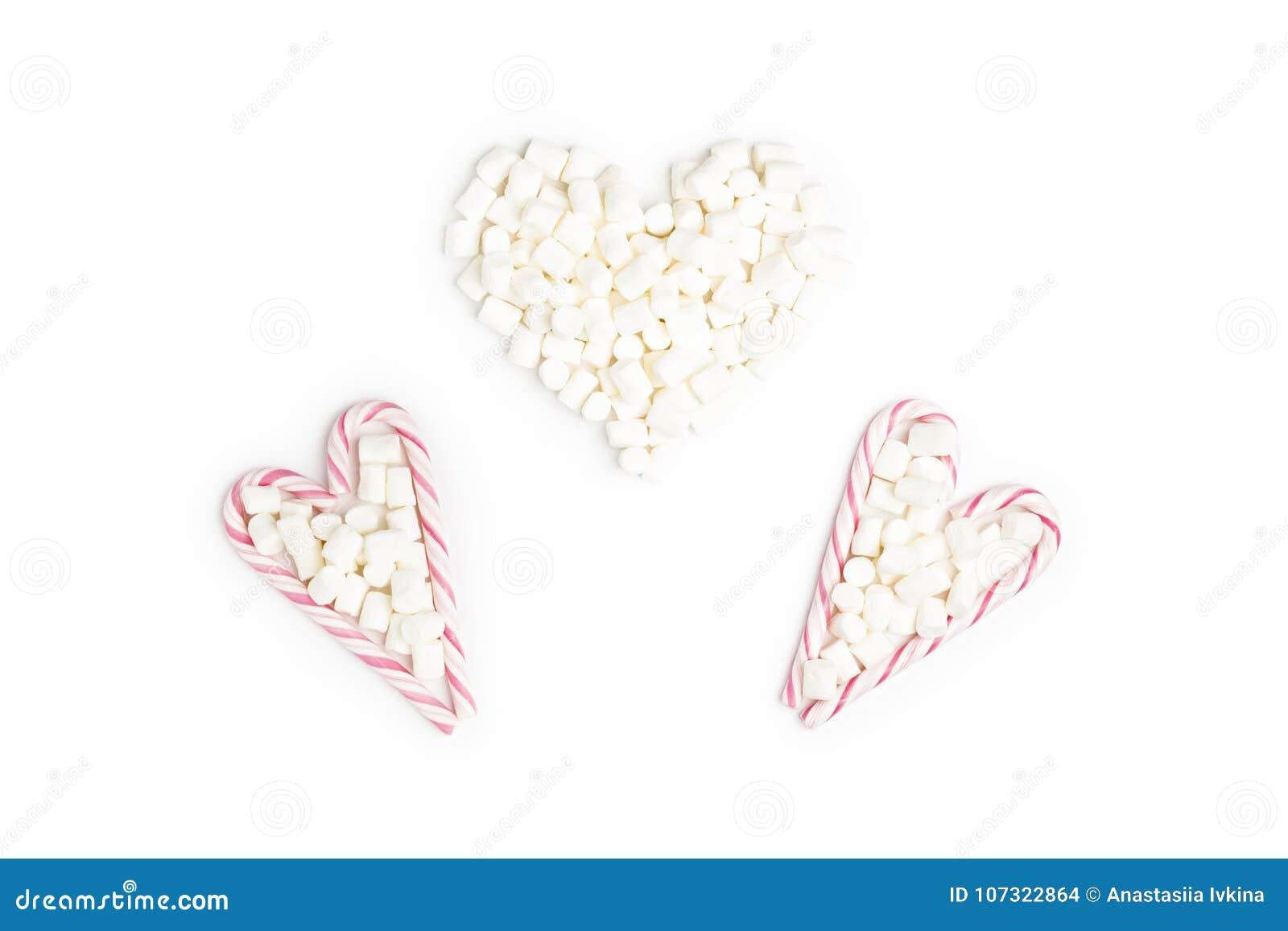 Pirulitos e marshmallow listrados na forma do coração três a