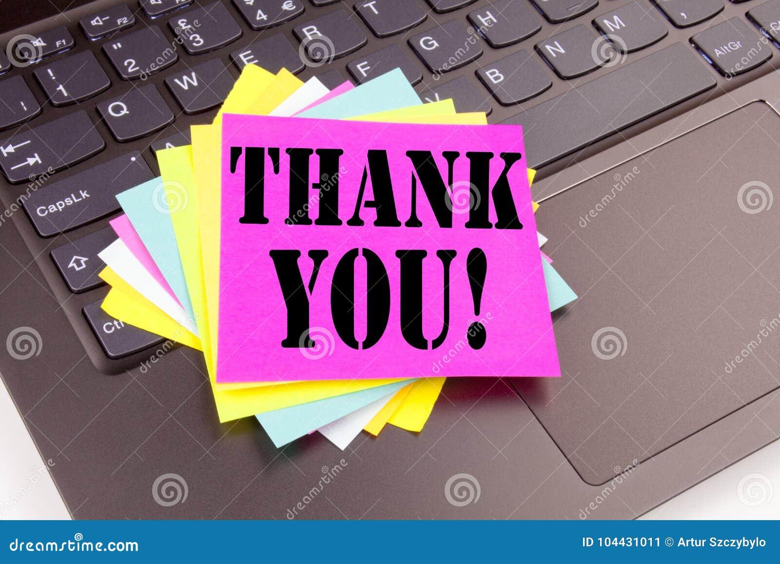 Pisać Dziękuje Ciebie tekst robić w biurowym zakończeniu na laptop klawiaturze Biznesowy pojęcie dla Dawać wdzięczności Docenia M