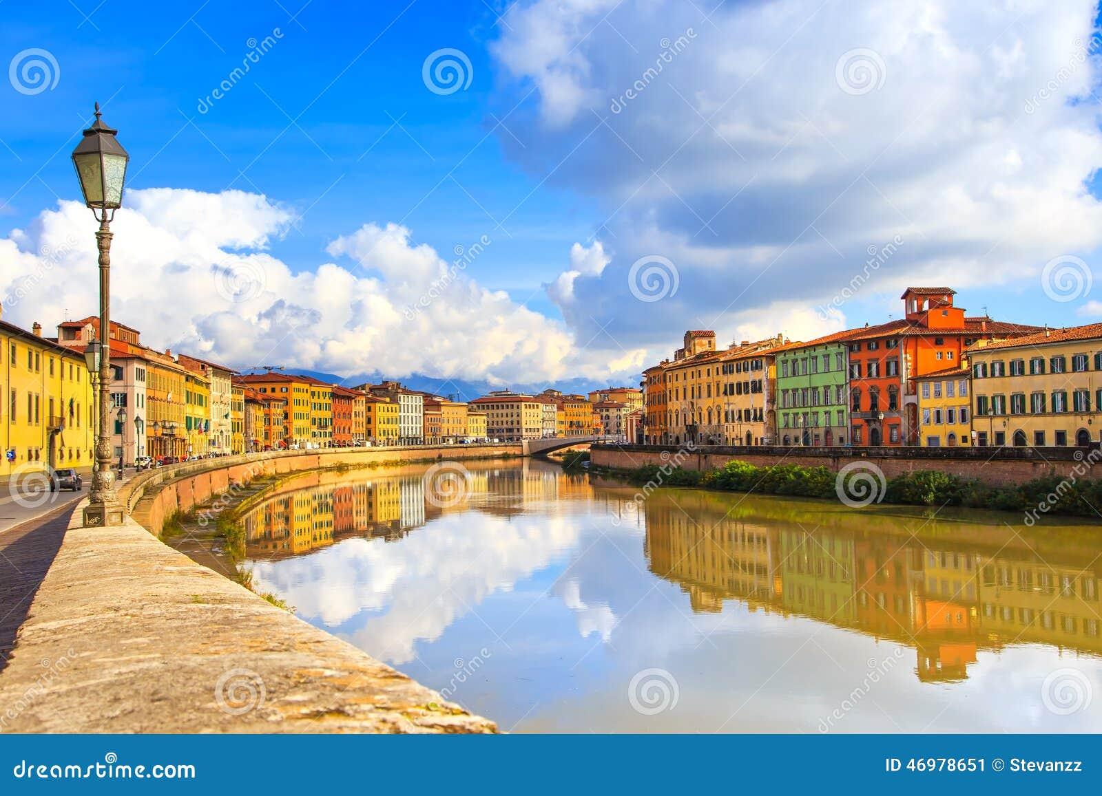 Pisa, Arno rzeka, lampa i budynku odbicie, Lungarno widok