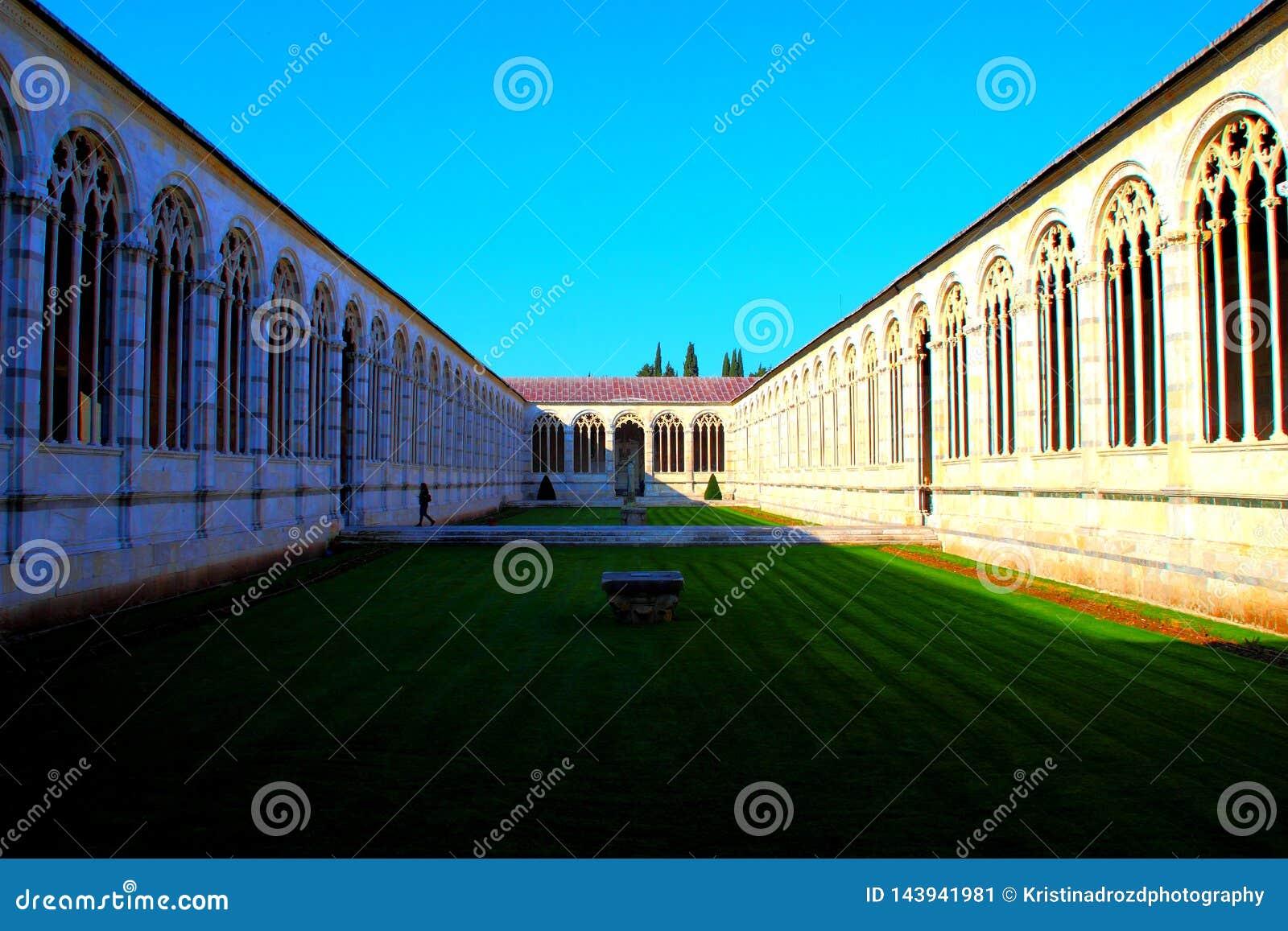 PISA, ITÁLIA - CERCA DO FEVEREIRO DE 2018: O interior do cemitério monumental no quadrado dos milagre