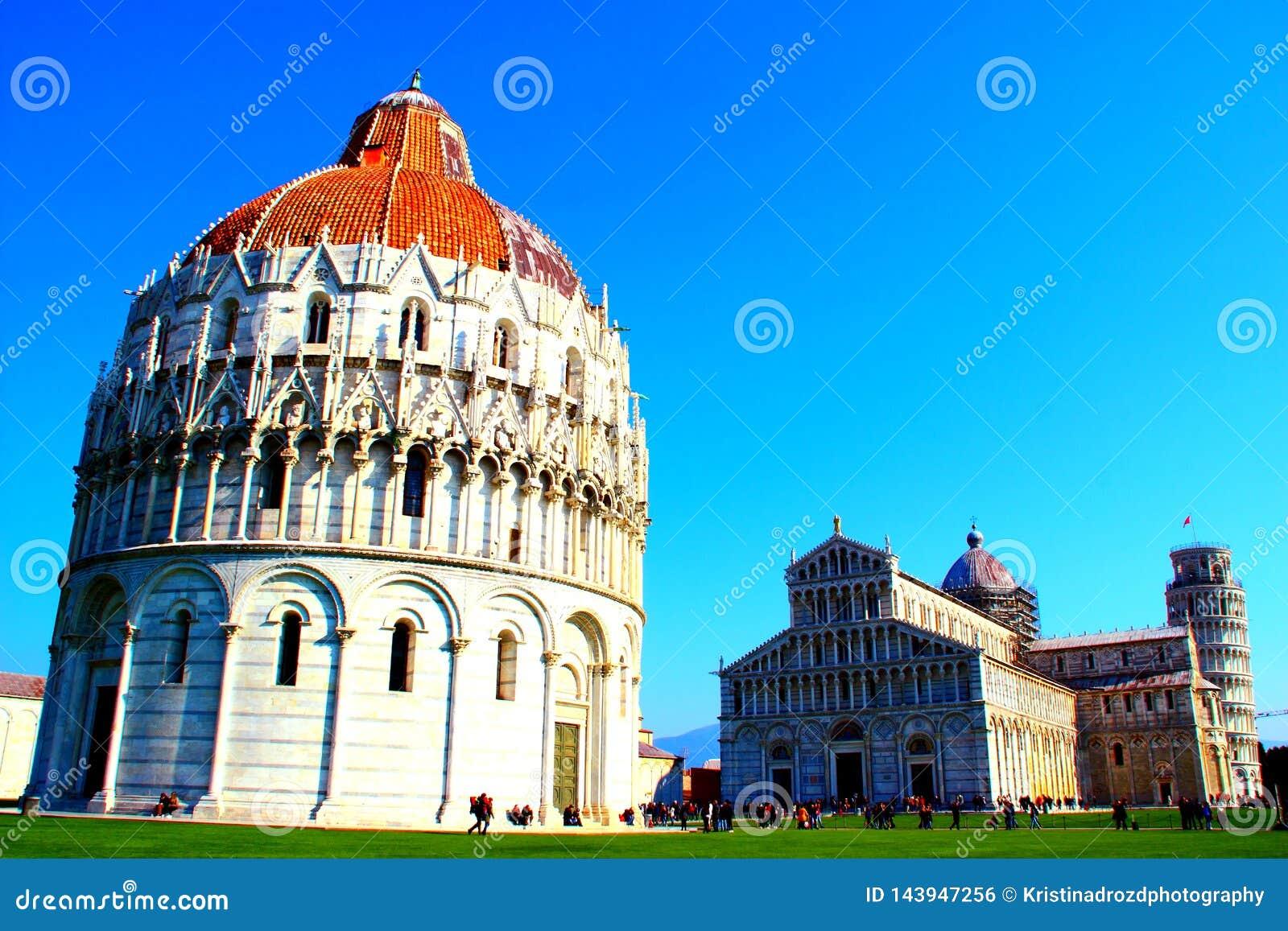 PISA, ITALIA - CIRCA FEBRERO DE 2018: El baptisterio, catedral de Pisa y la torre inclinada en el cuadrado de milagros