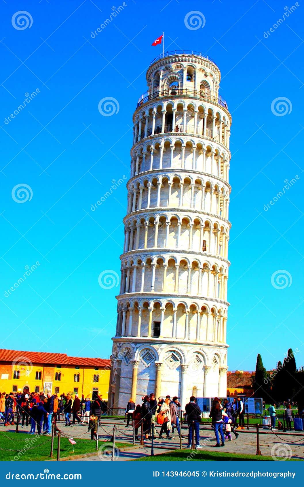 PISA, ITALIEN - CIRCA IM FEBRUAR 2018: Der lehnende Turm von Pisa am Quadrat von Wundern