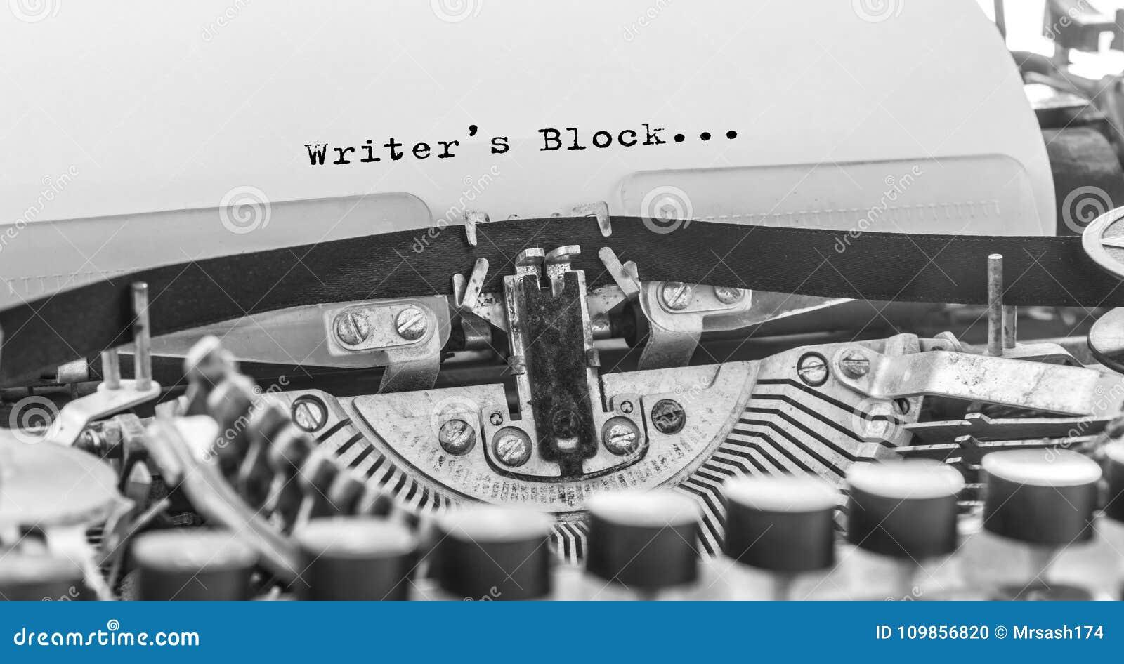 Pisarza blok pisać na maszynie słowa na rocznika maszyna do pisania
