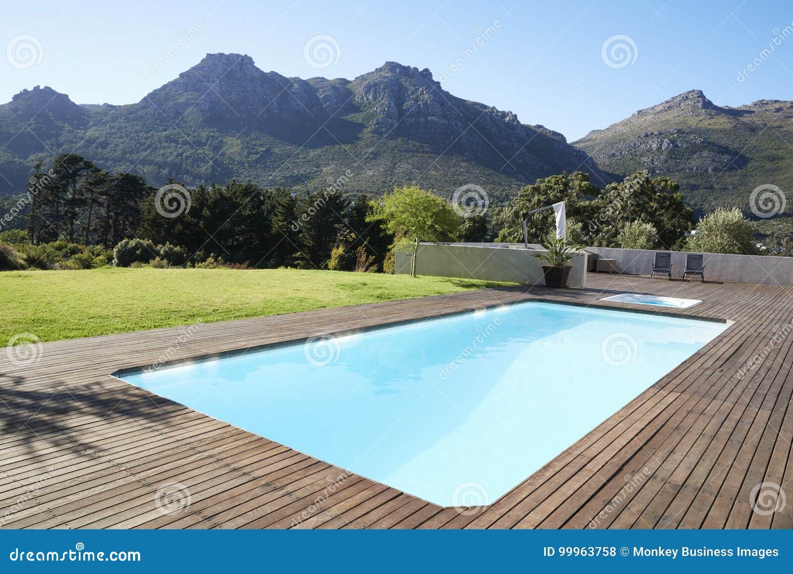 Piscina al aire libre rodeada con Decking de madera