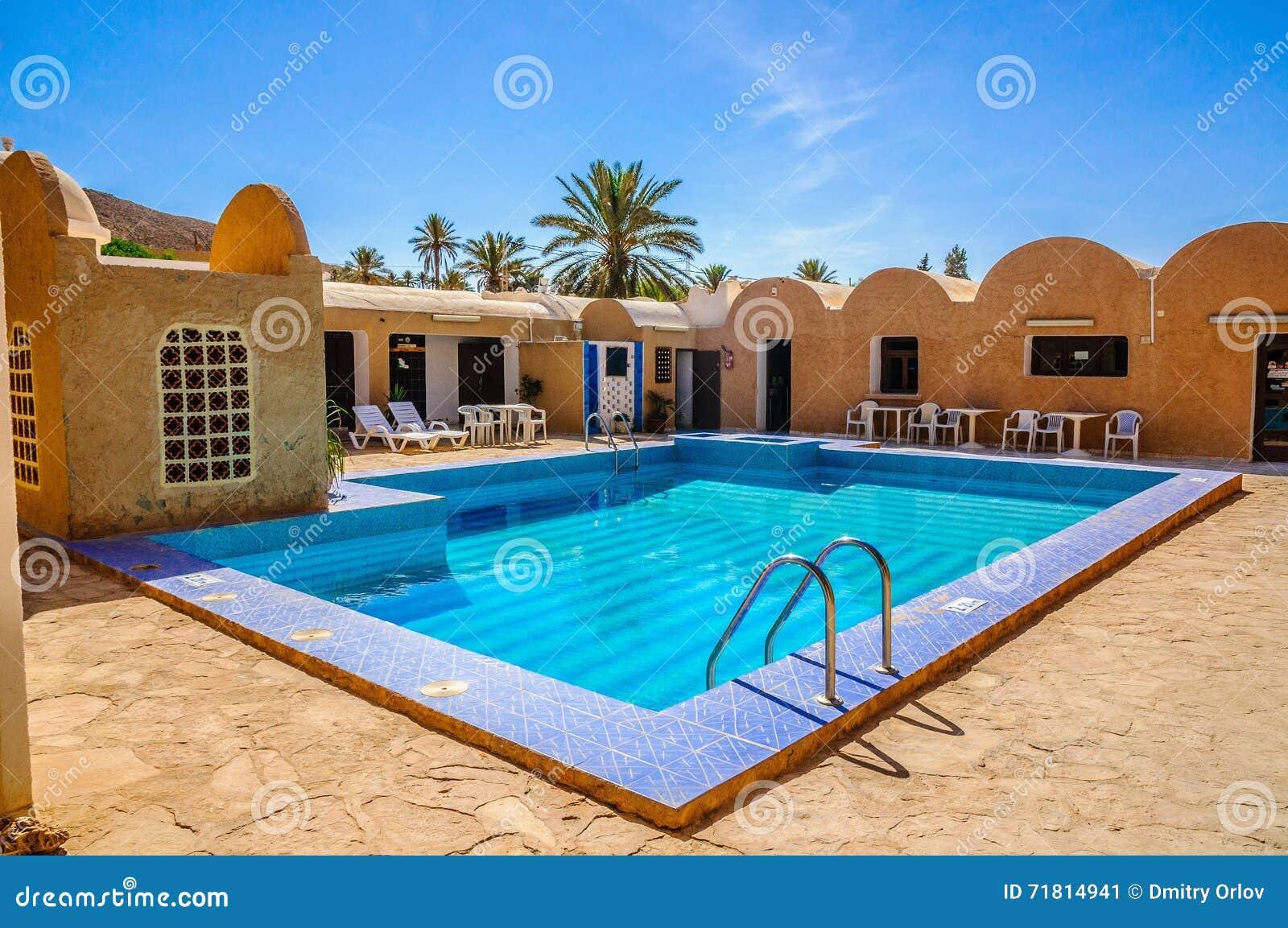 Piscina azul fresca en el hotel desierto del s hara for Piscinas norte