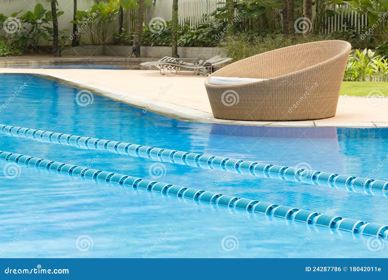 Piscina com cadeira redonda imagem de stock royalty free imagem 24287786 - Business plan piscina ...
