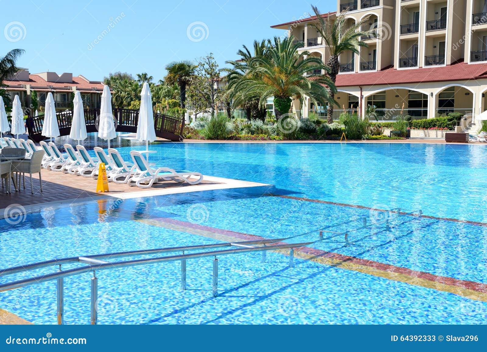 Piscina com entrada para pessoas deficientes no hotel de for Entrada piscina