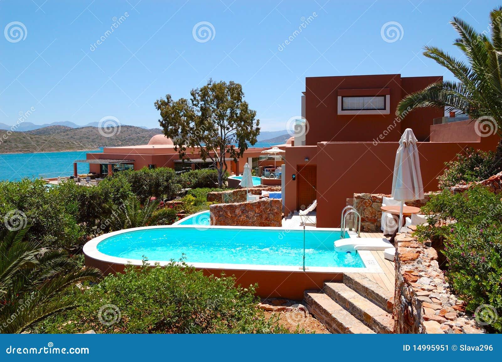 Piscina com o jacuzzi pela casa de campo luxuosa imagem de for Piscinas para casas de campo