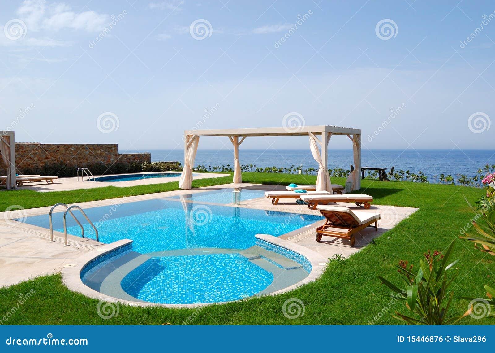 piscina con el jacuzzi imagen de archivo libre de regalas