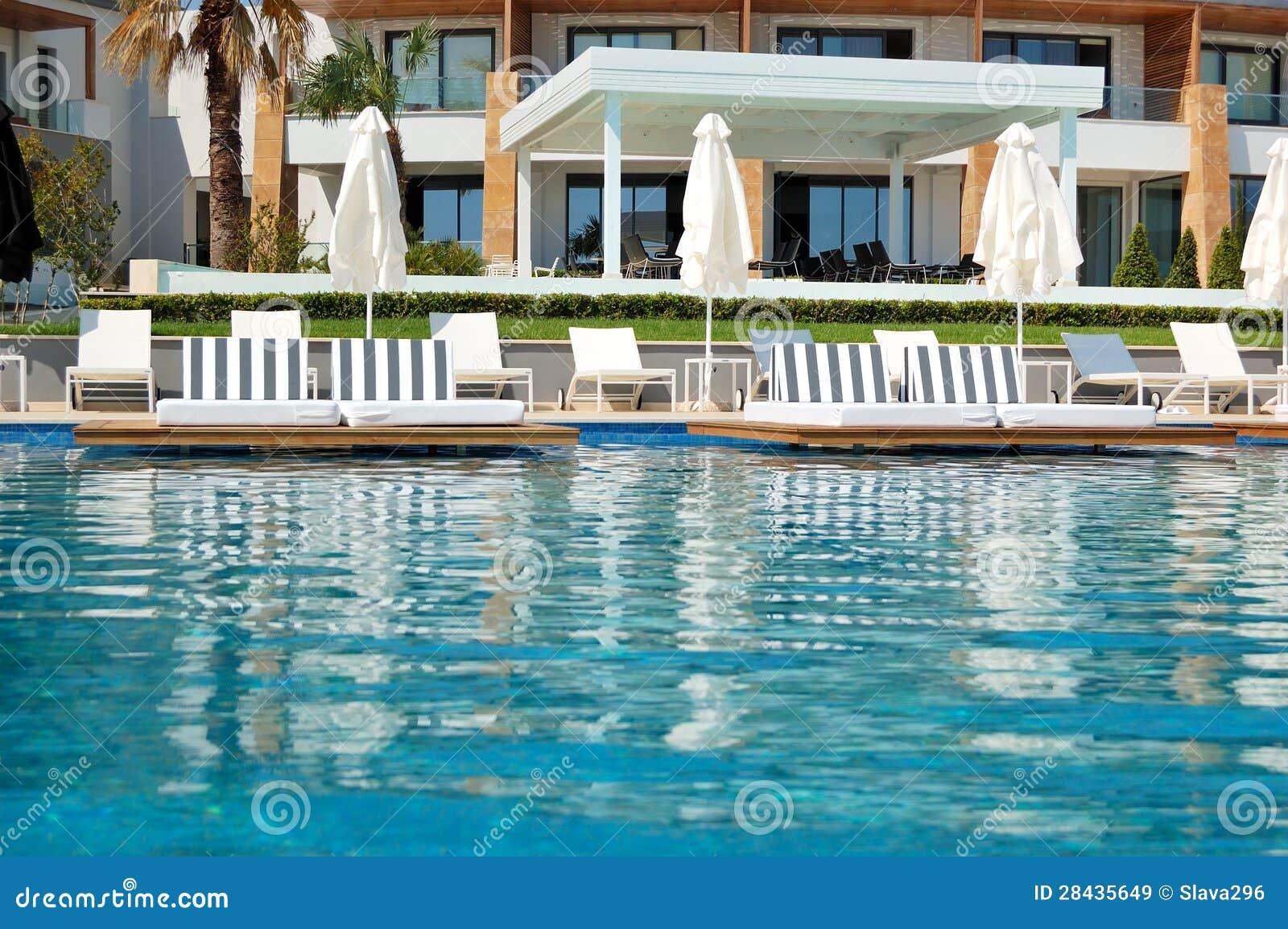Piscina con el jacuzzi por la playa en el hotel de lujo for Piscina z
