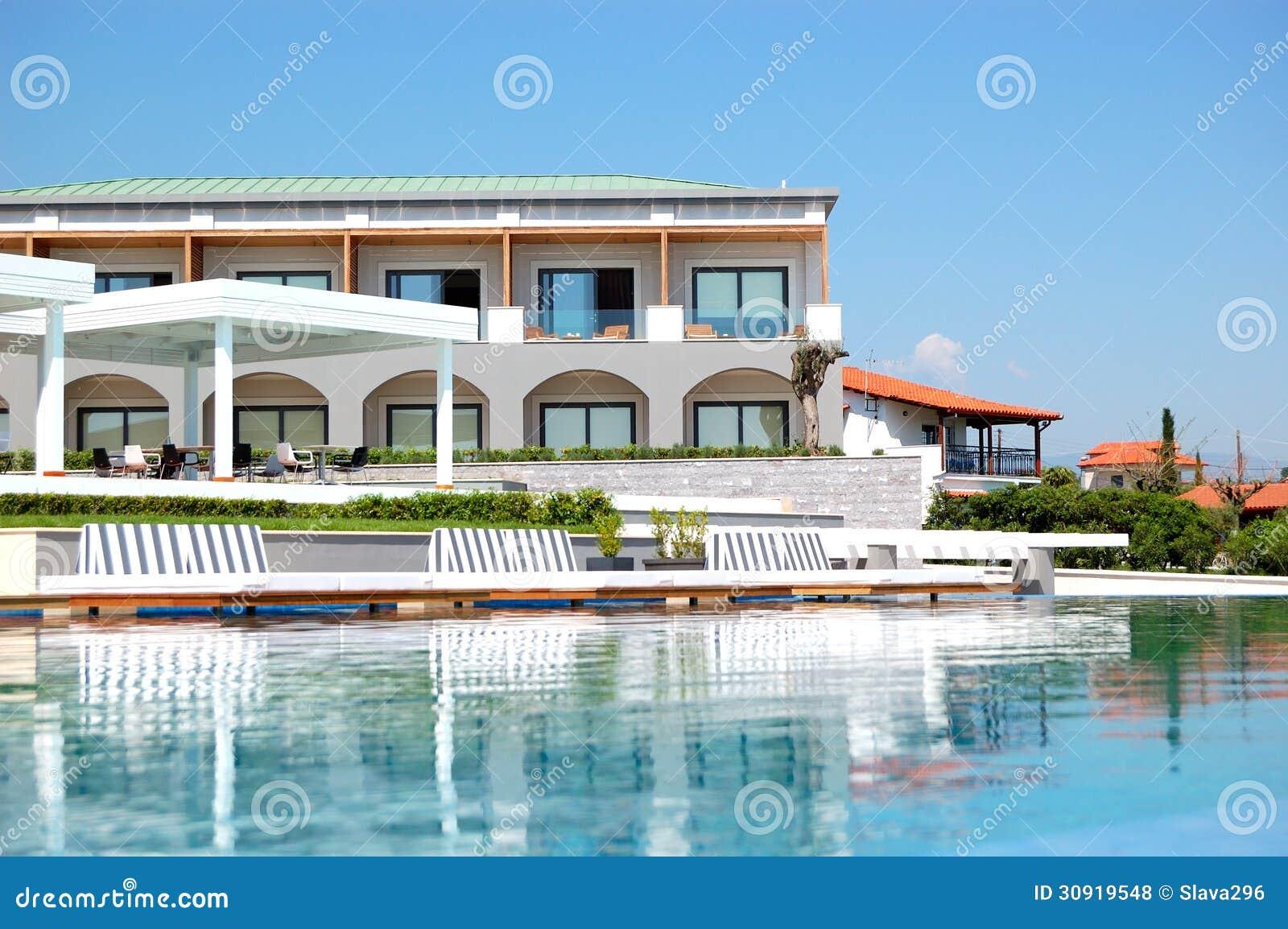 Piscina con el jacuzzi por la playa en el hotel de lujo for Hoteles de lujo en vitoria