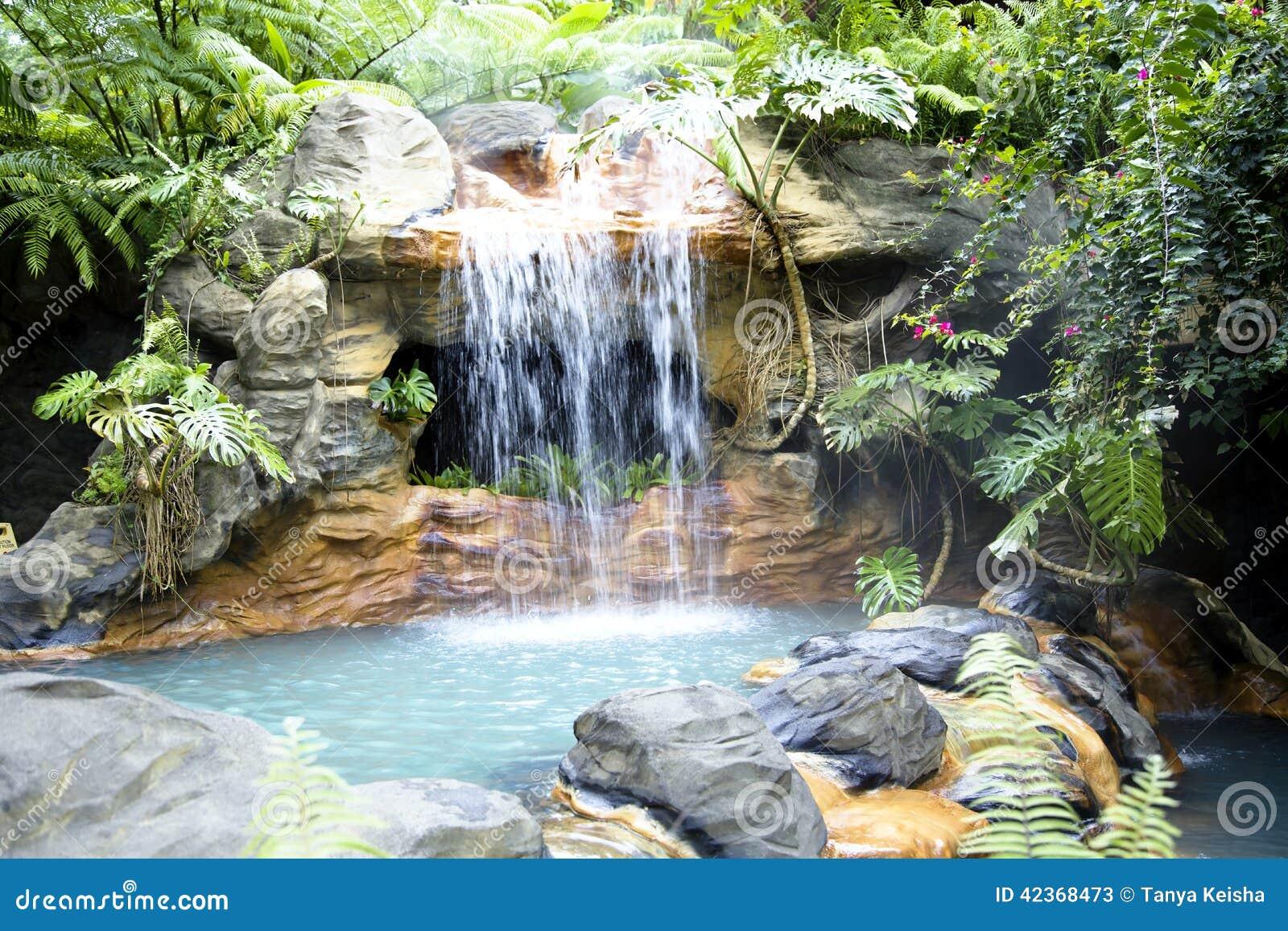 piscina con una cascada y un agua termal caliente imagen de archivo imagen de recurso selva. Black Bedroom Furniture Sets. Home Design Ideas