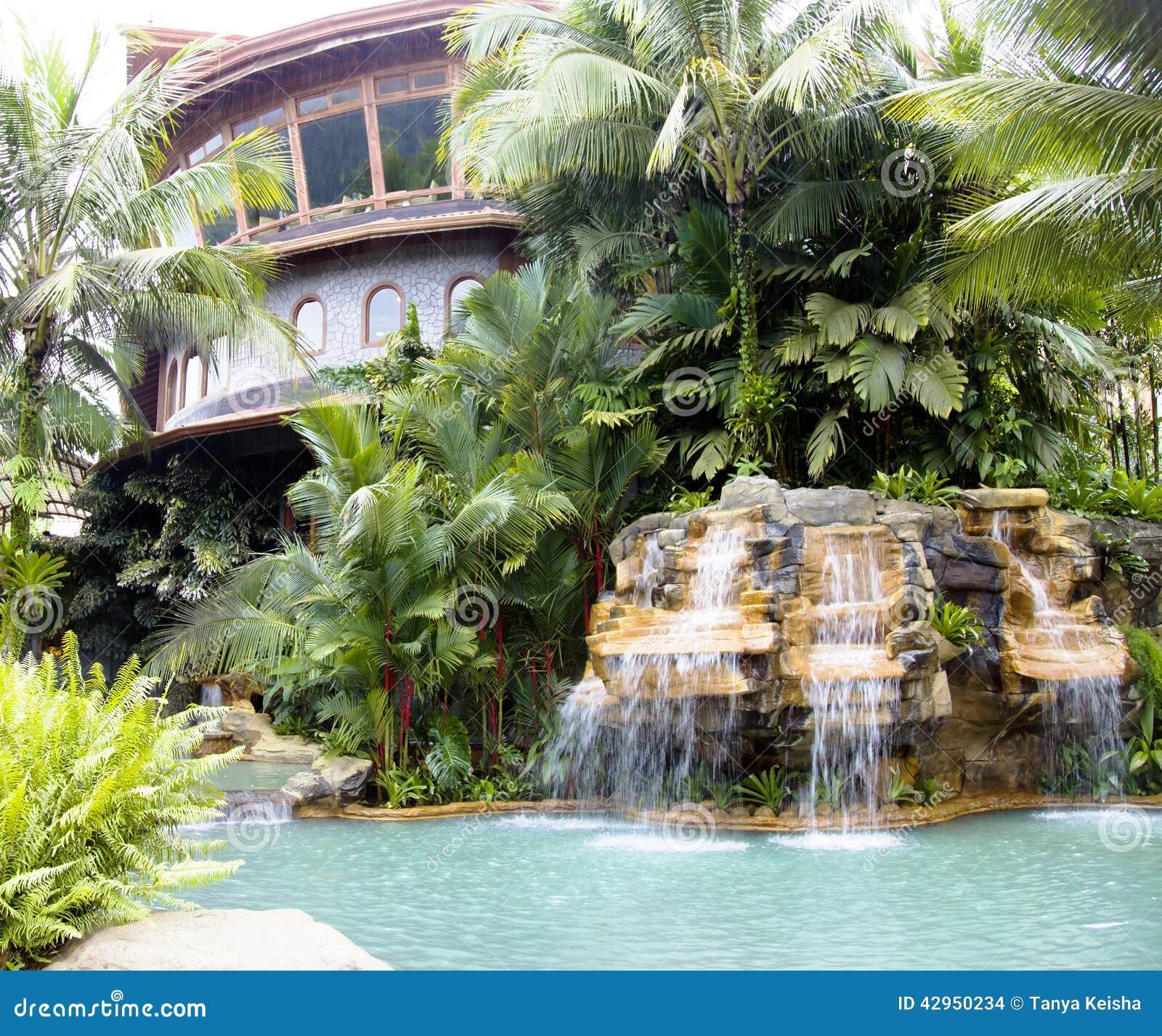 Piscina con una cascata e un 39 acqua termale calda a for Piscina con cascata