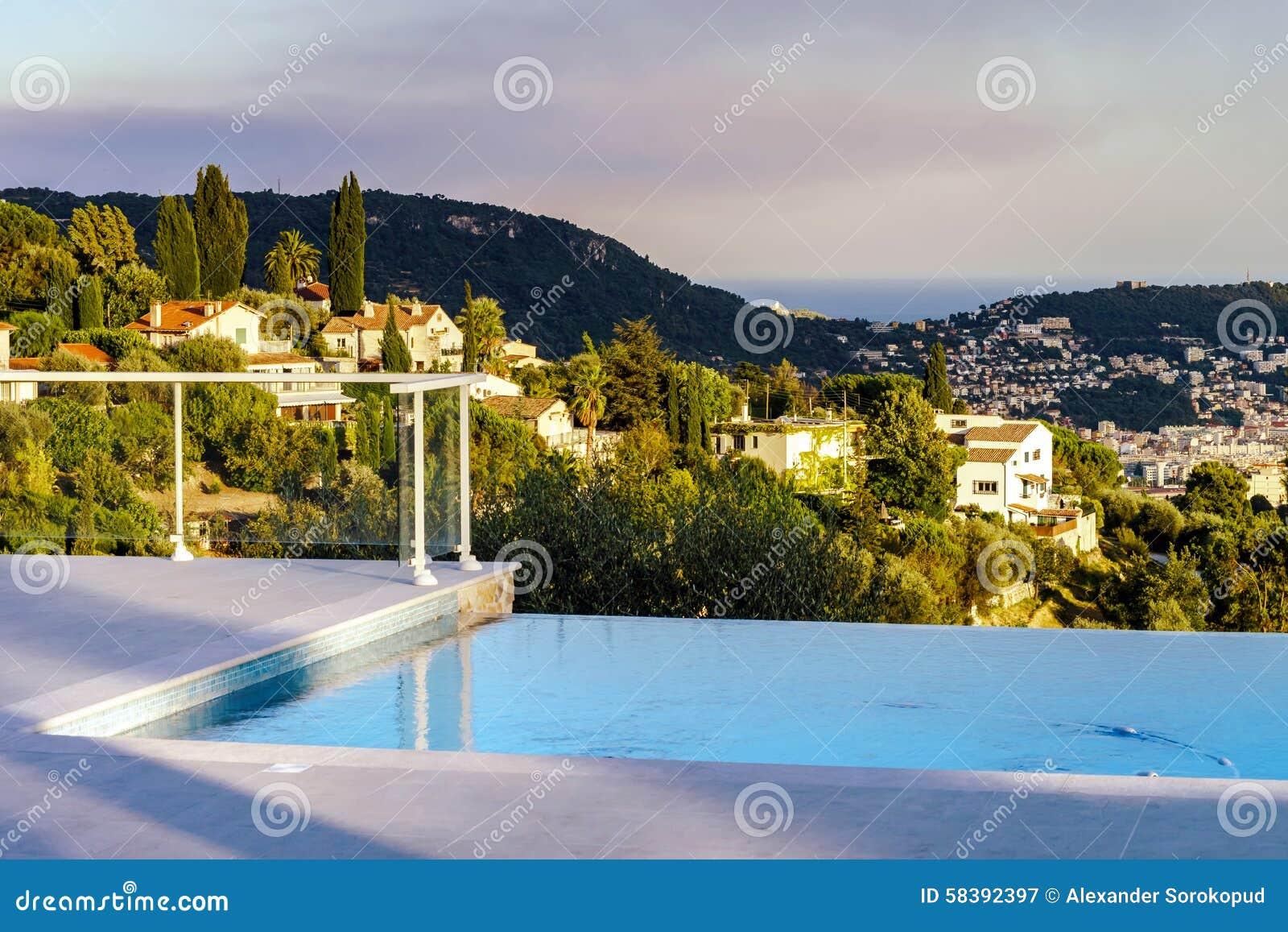 Piscina confidencial casa de campo moderna foto de stock for Casa moderna piscina