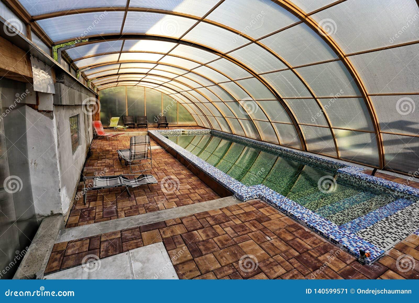 Piscina Coperta Del Giardino Con Gli Sdrai Fotografia Editoriale Immagine Di Swimming Estate 140599571