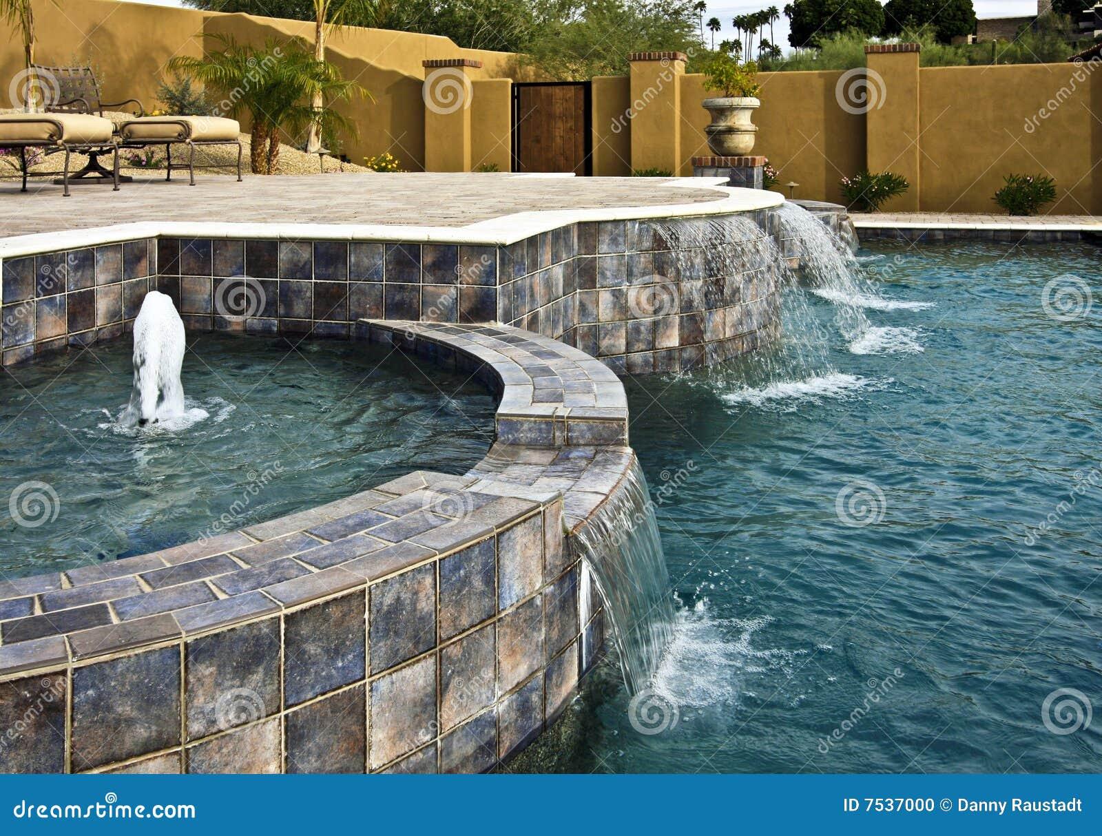 Piscina de la fuente y de la cascada foto de archivo - Fuentes de cascada ...