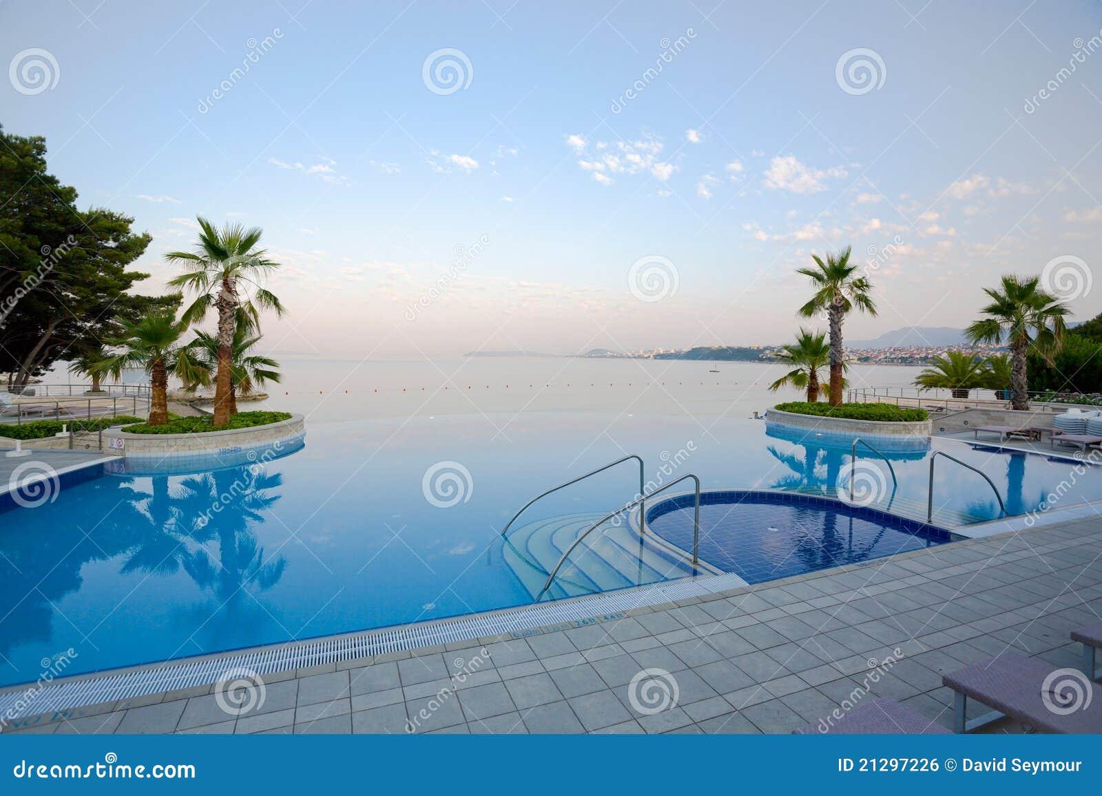Piscina de lujo del infinito con la opini n imponente del mar imagen de archivo libre de - Business plan piscina ...