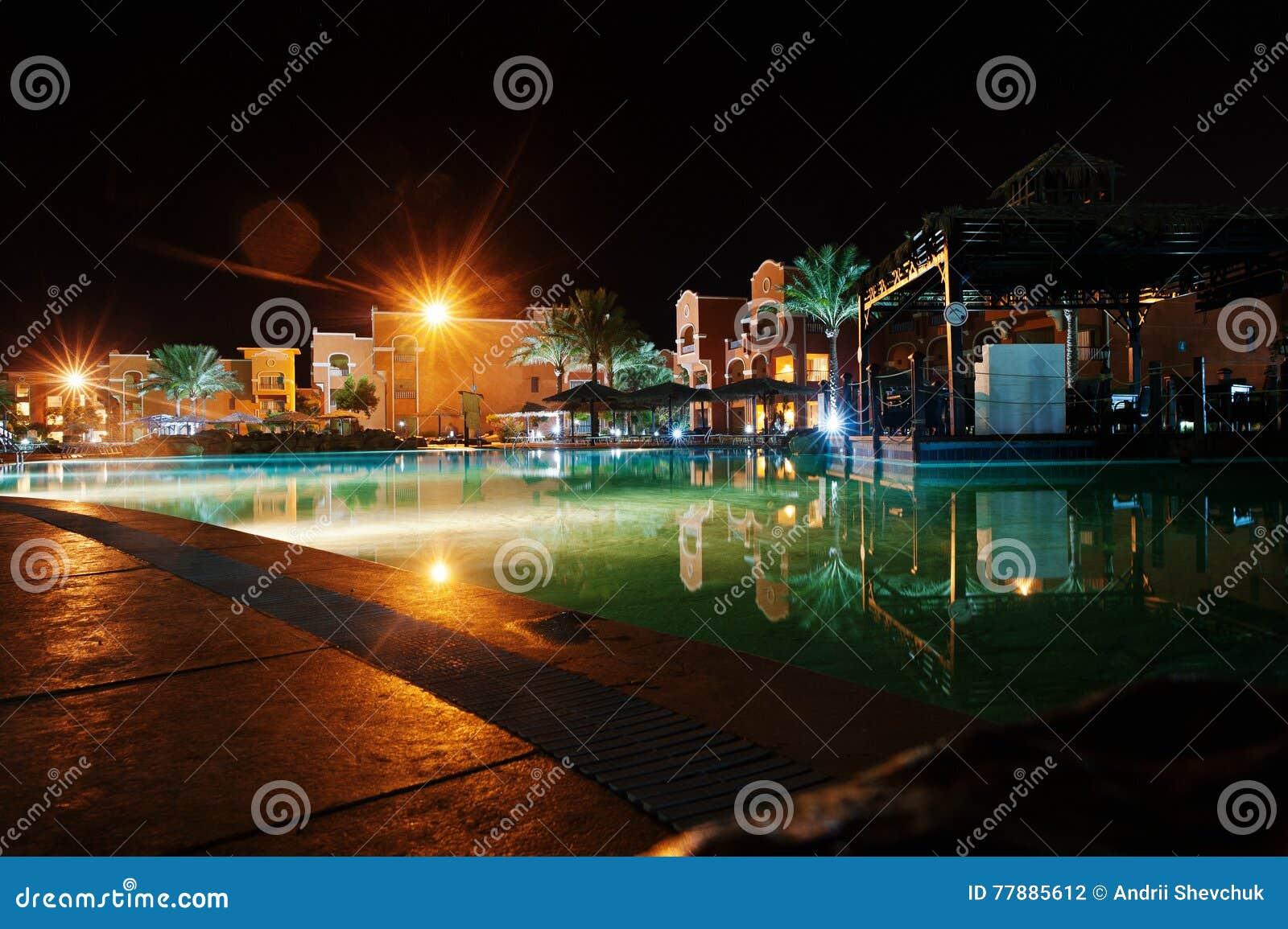 Piscina De Un Centro Turístico Del Caribe Tropical De Lujo En La Noche Foto de archivo