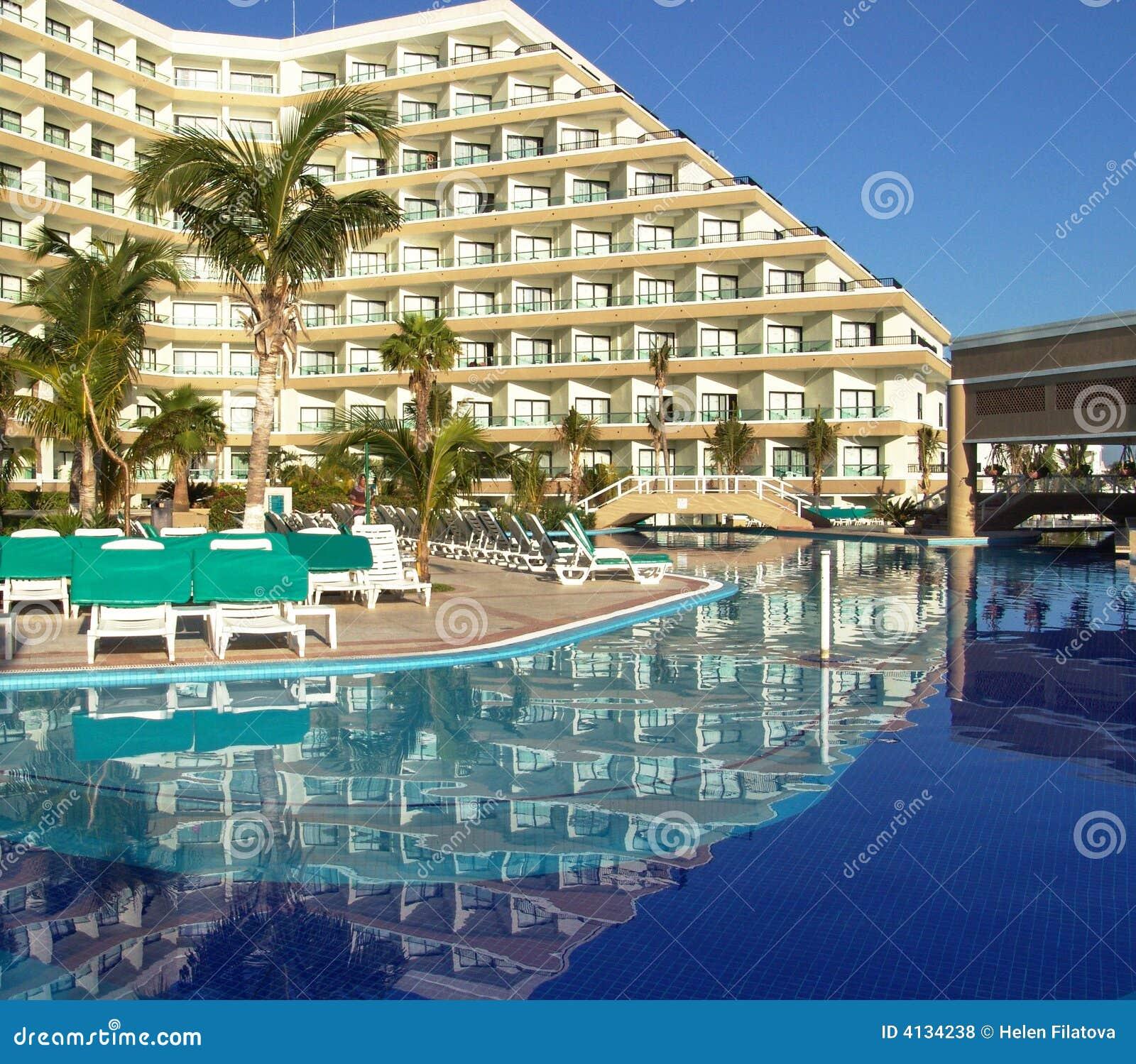 Piscina del hotel de centro turístico de lujo