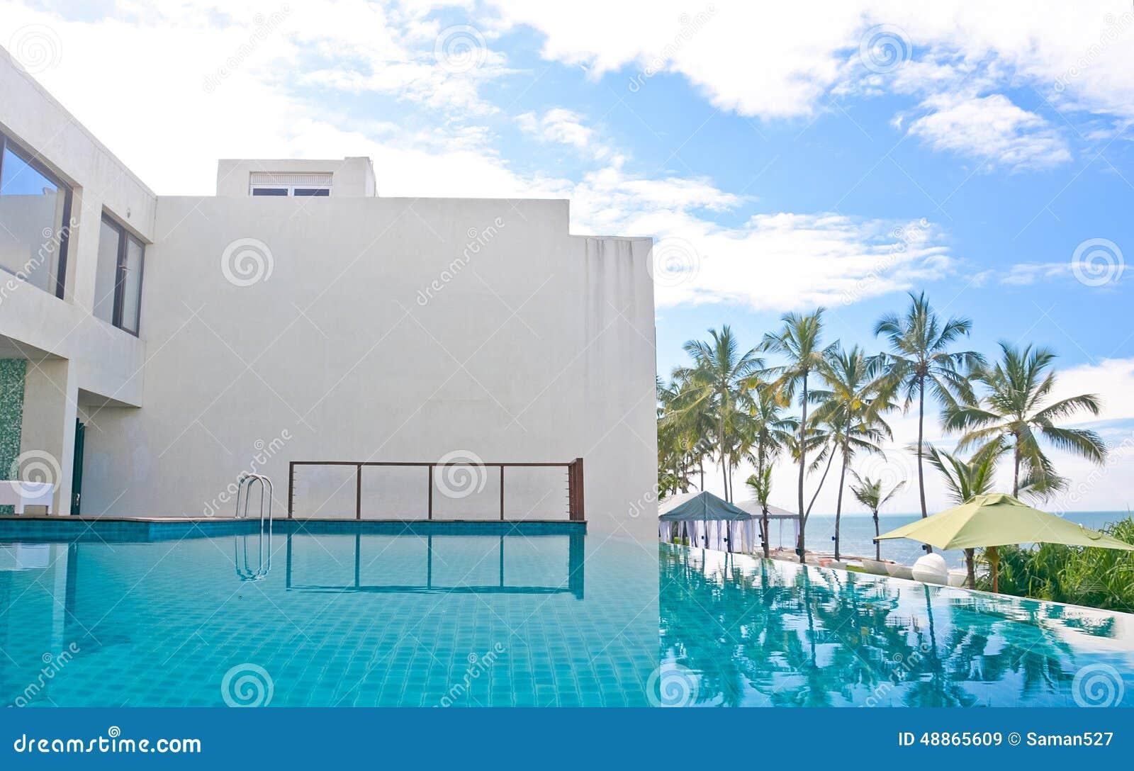 Piscina del infinito en un hotel tropical que localizó en el área costal Negambo, Sri Lanka