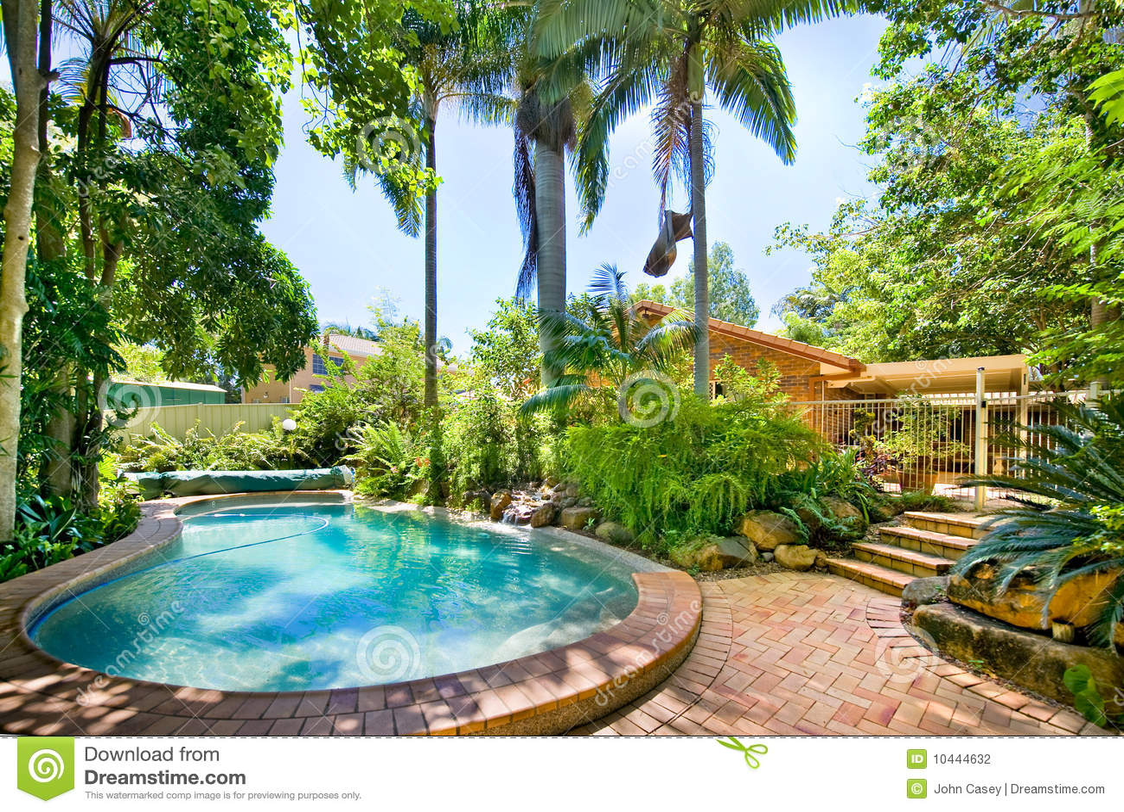 Piscina del patio trasero foto de archivo imagen de casa - Patios con piscina ...